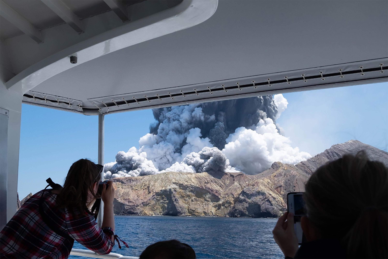 Legalább öt halottja van az új-zélandi vulkánkitörésnek