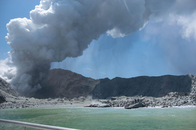 Tizenhatra emelkedett az új-zélandi vulkánkitörés áldozatainak száma
