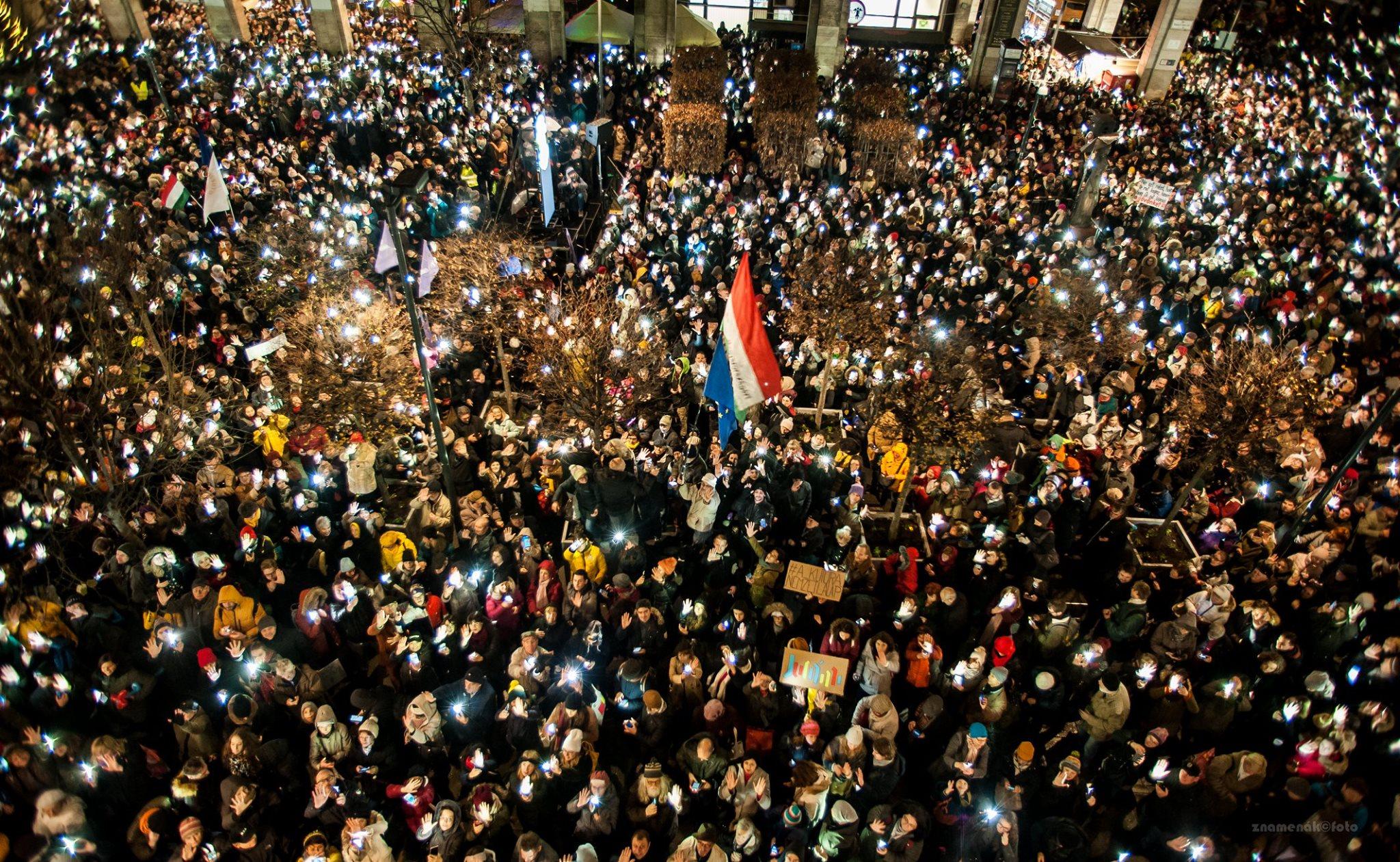 A Guardian szerkesztőségi vezércikkben nevezi demokráciakrízisnek Orbánék új kultúrtörvényét