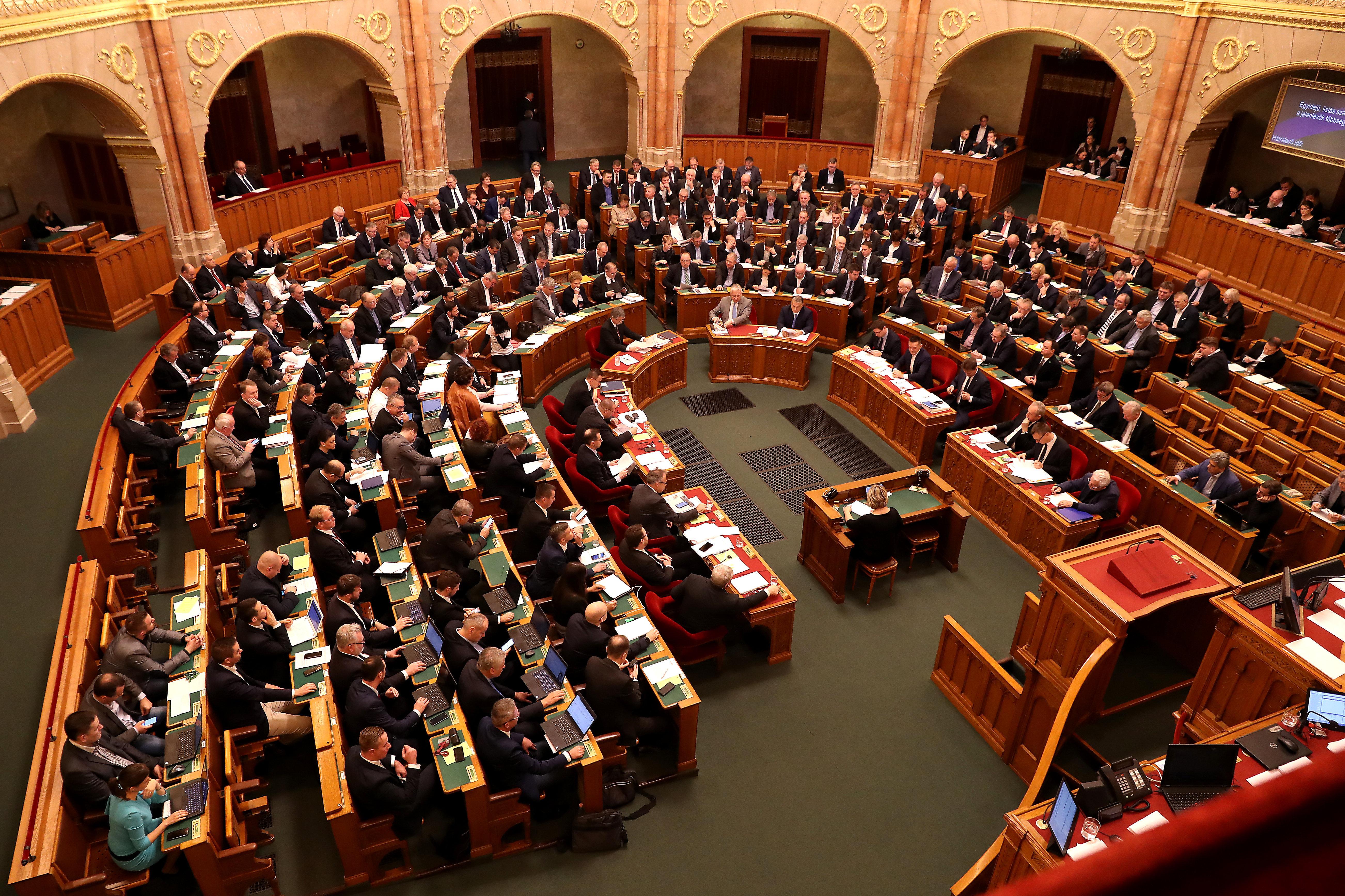 Elszúrta a Fidesz a szavazást, de Áder besegített, hogy még az idén újra összeülhessen a parlament