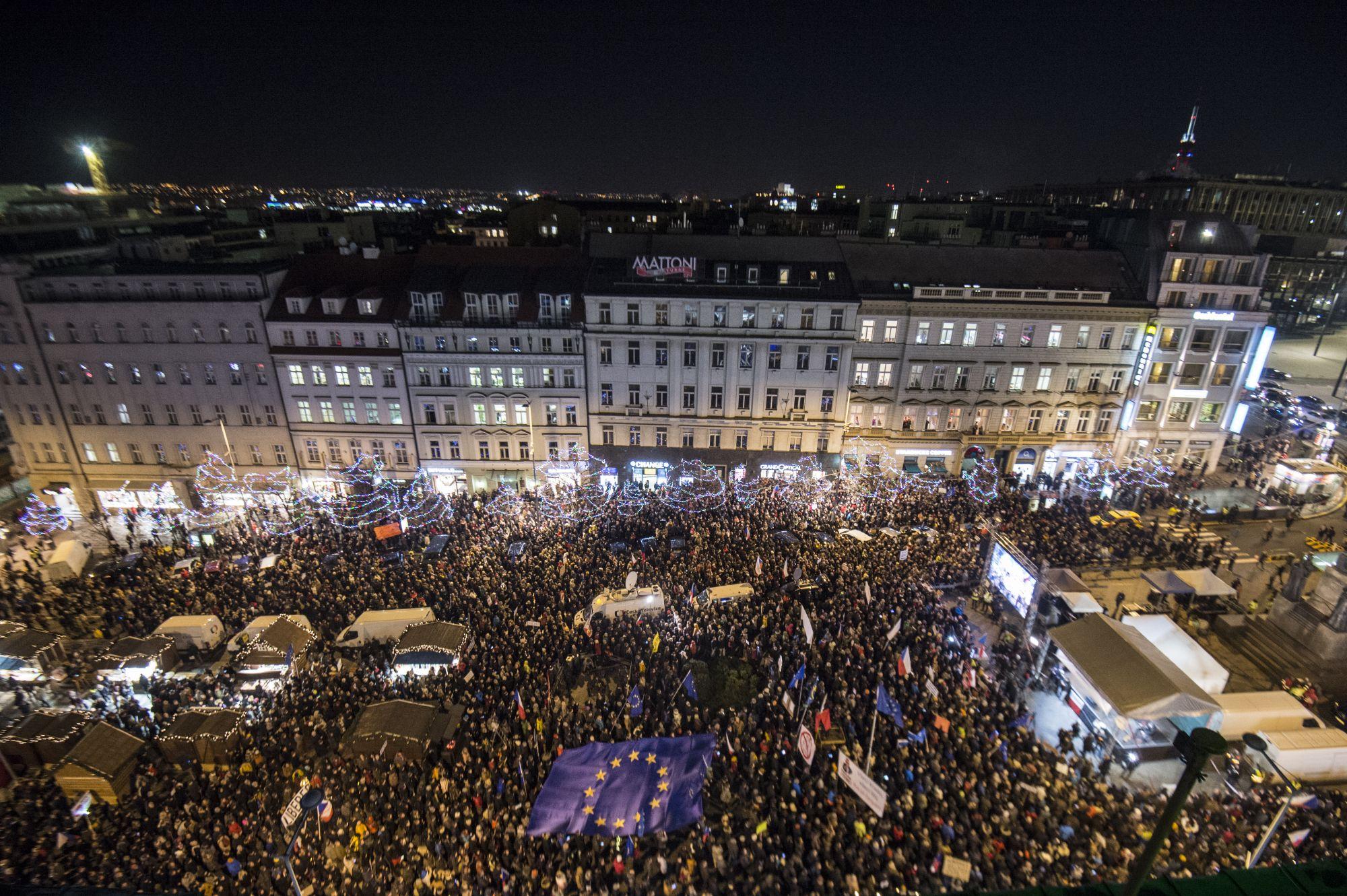 Tízezrek követelték Prágában a miniszterelnök lemondását