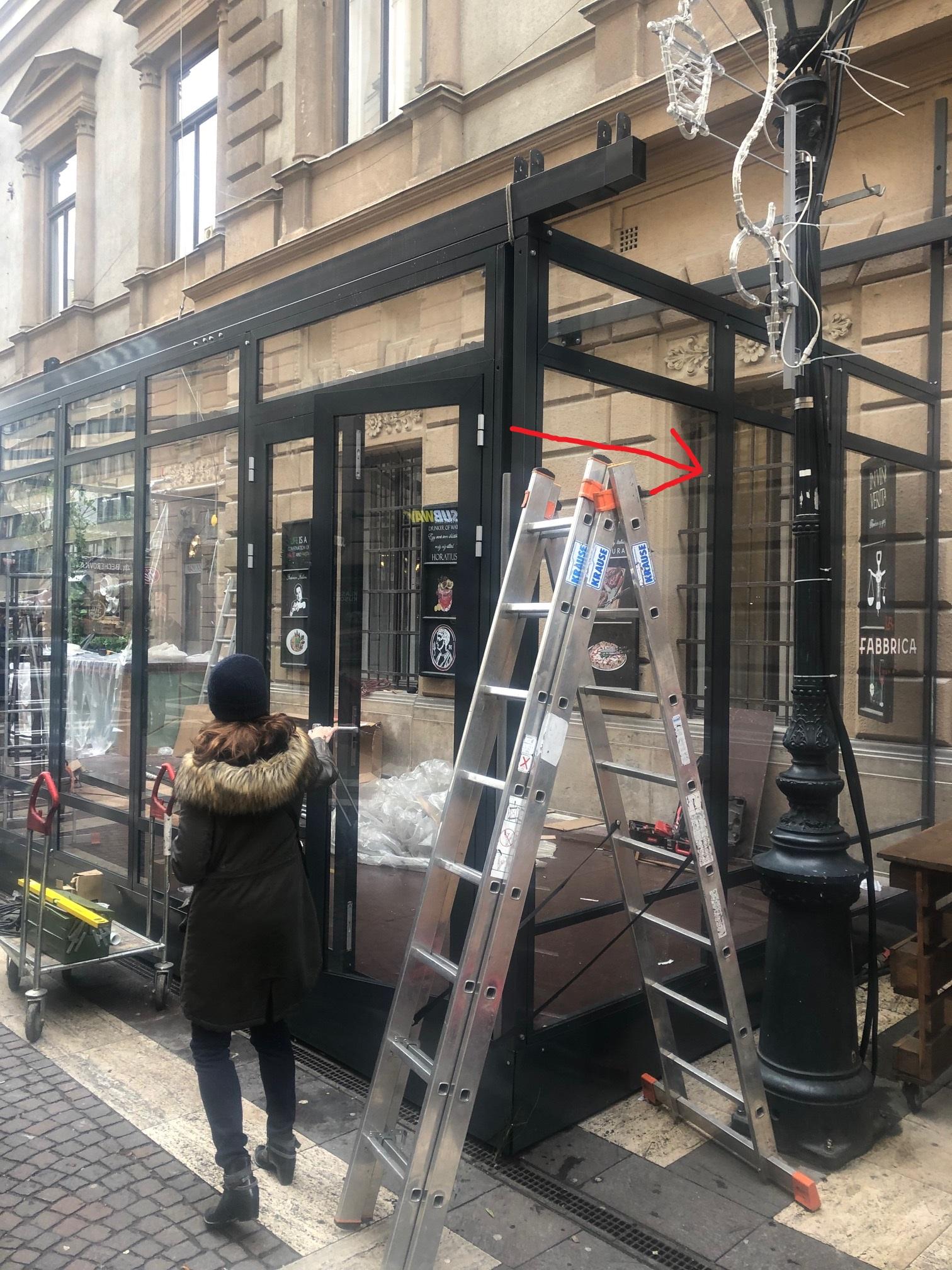 Nem hiszed el: egy étterem beépítette az ablakukat, ha kinyitják, egy kajálda belterébe néznek