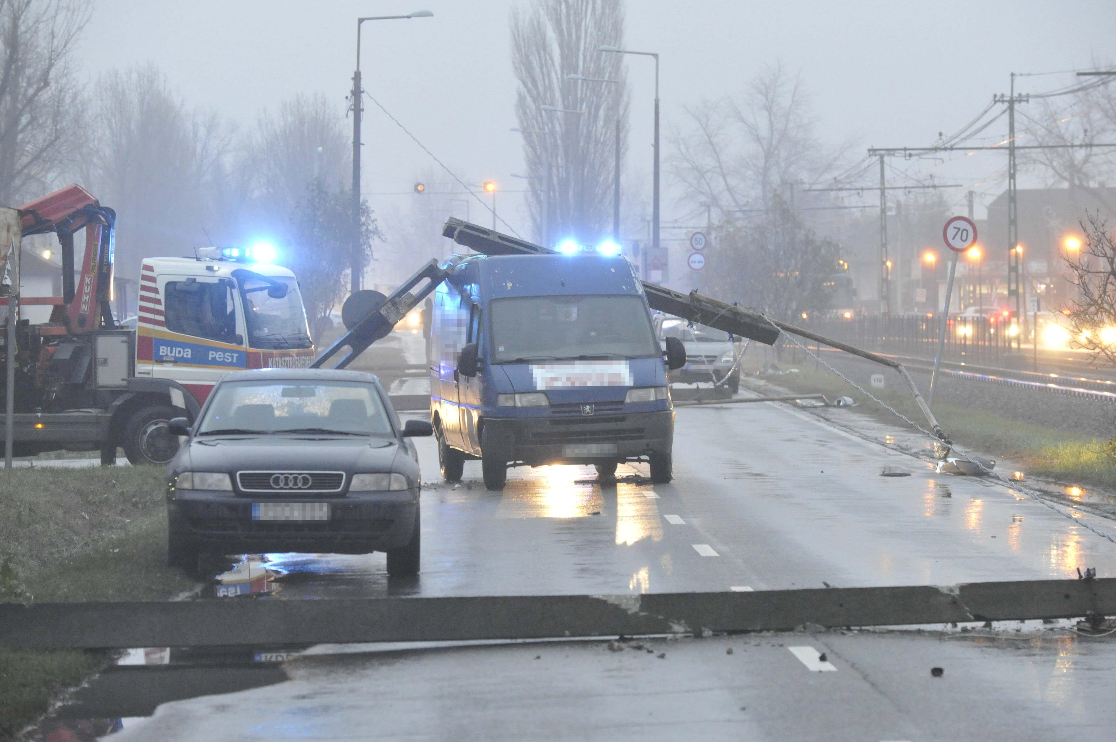 Két autó ütközése után elkezdtek az útra dőlni a villanyoszlopok