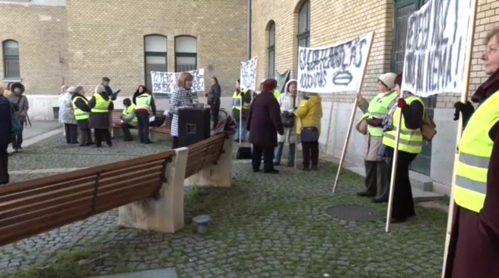 Szegeden tüntettek a MÁV új menetrendje ellen
