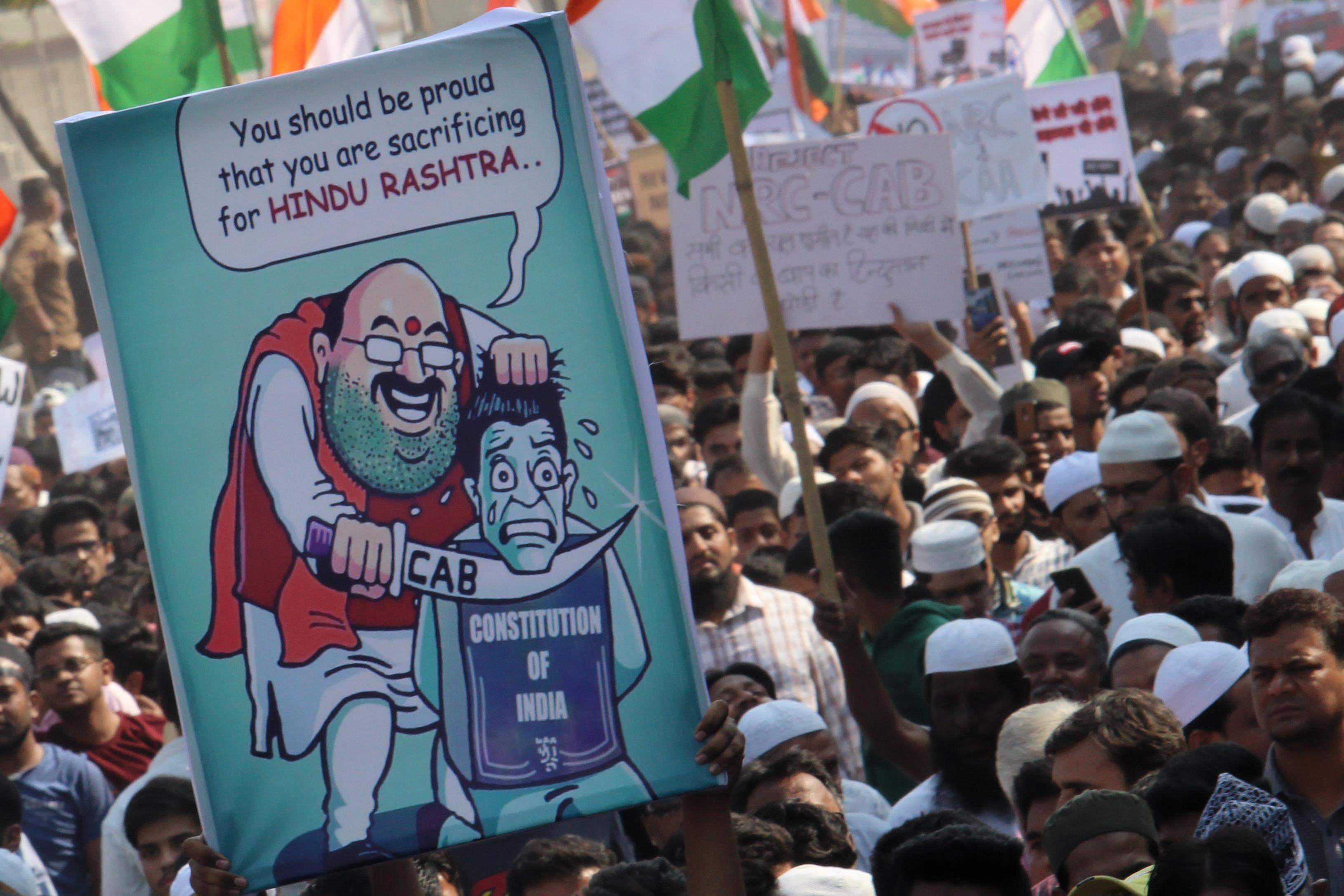 Indiában elkezdték betiltani az állampolgársági törvény miatt kitört tüntetéseket