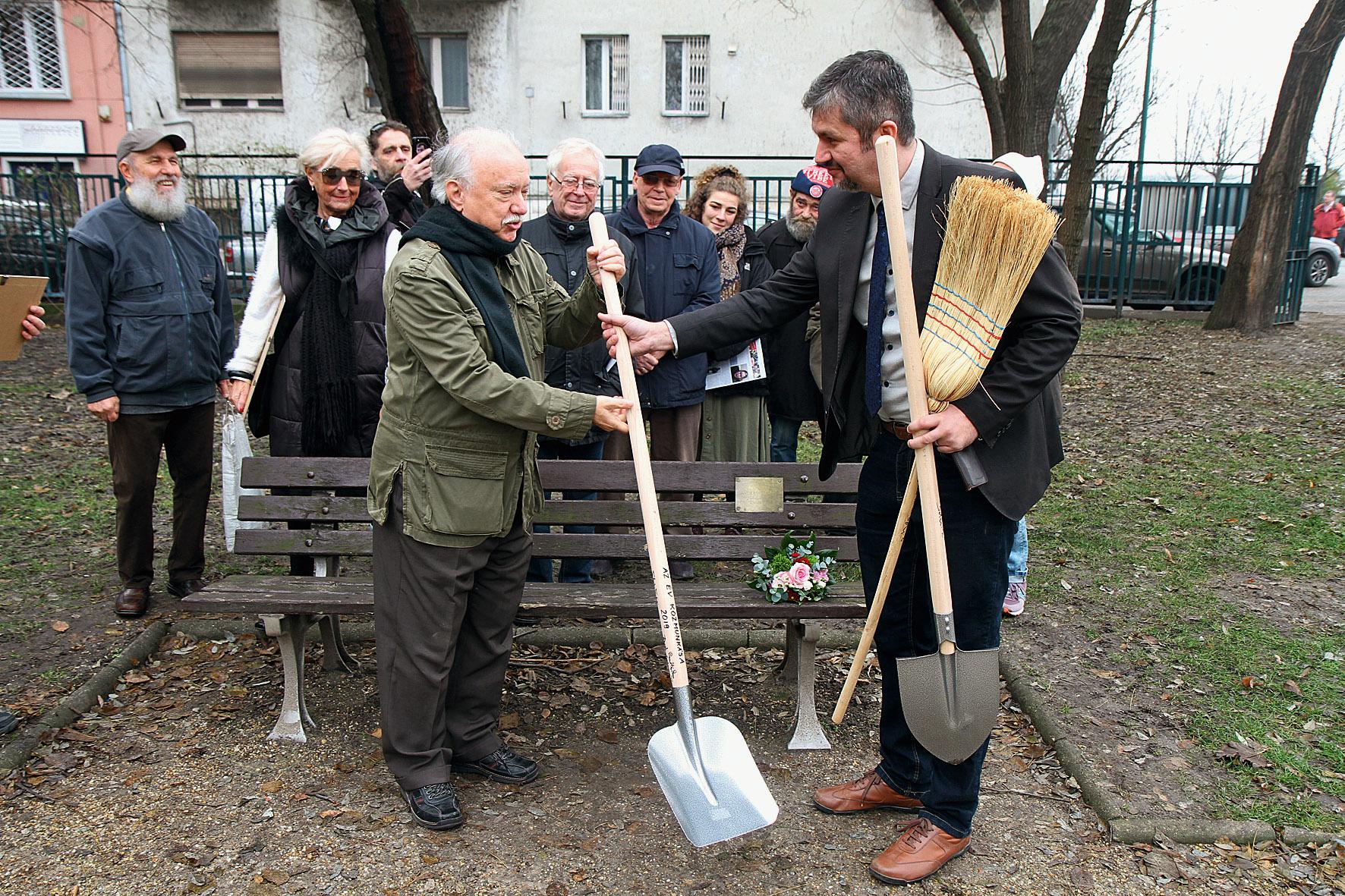 Farkasházy Tivadar átadott egy lapátot Hadházy Ákosnak