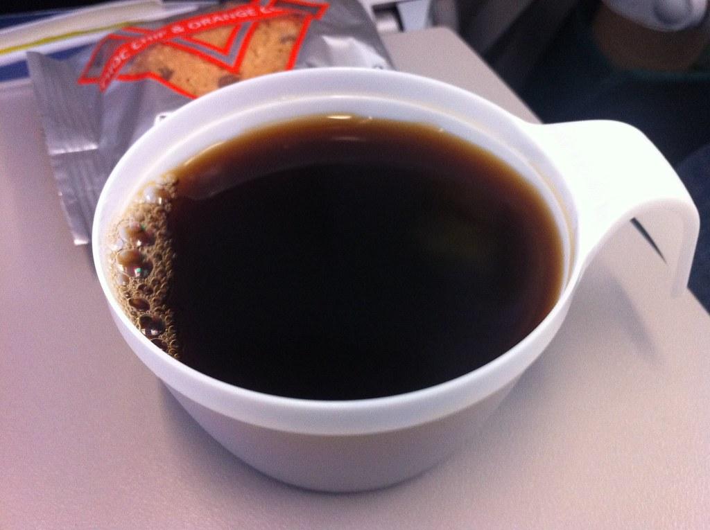 Európai Unió Bírósága: A légitársaság felelős a repülőn a pohárból kiömlő forró kávé által okozott károkért
