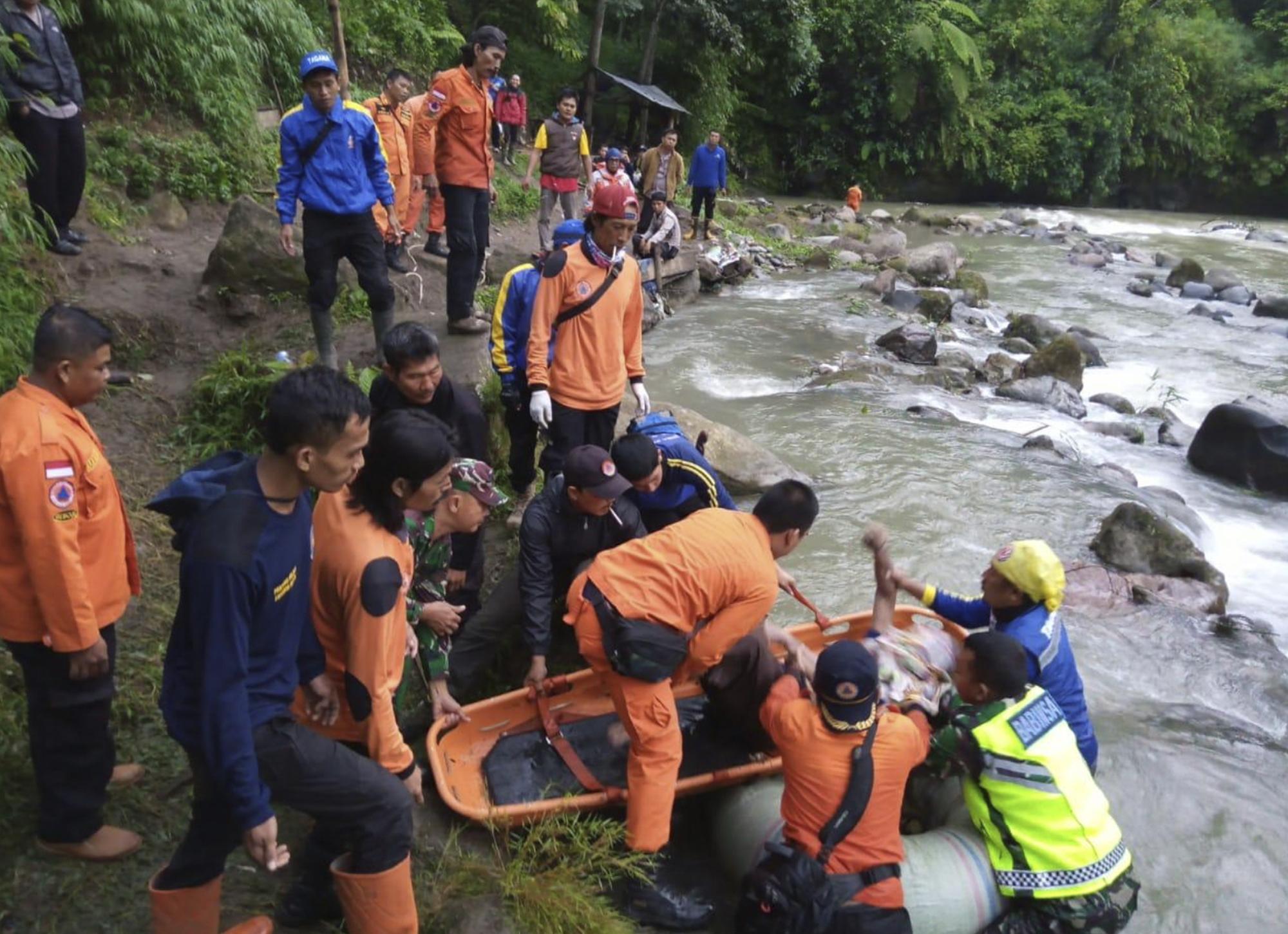 Szakadékba zuhant egy turistabusz Indonéziában