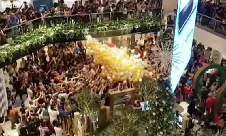 Többen megsérültek Sydneyben, amikor egy plázában jutalomlufikat zúdítottak a tömegre