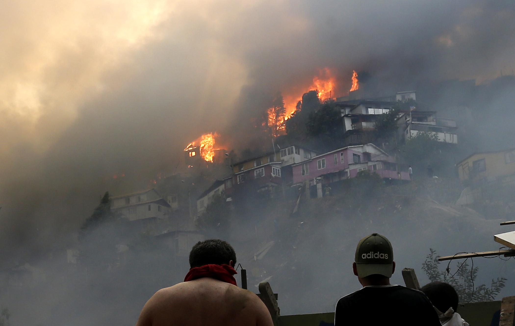 Hatalmas tűzvész Valparaisóban, legalább százhúsz ház leégett