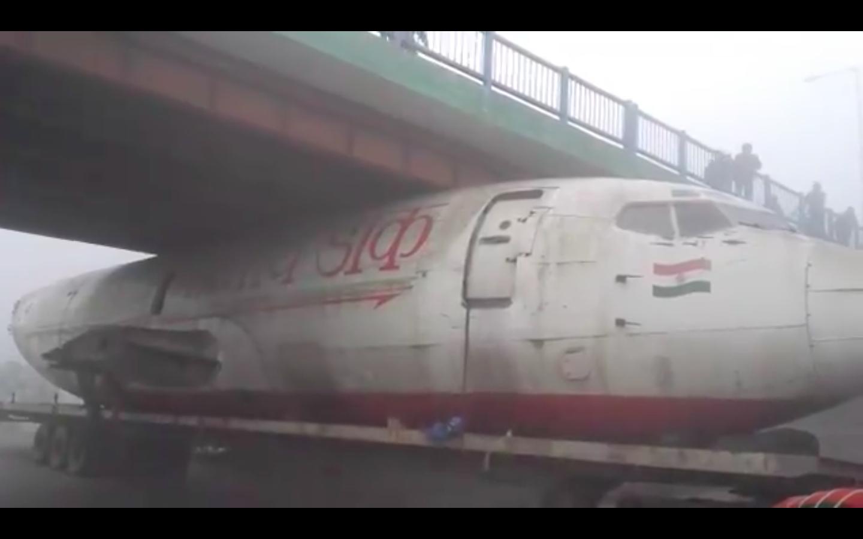 Beszorult egy repülő a híd alá Indiában