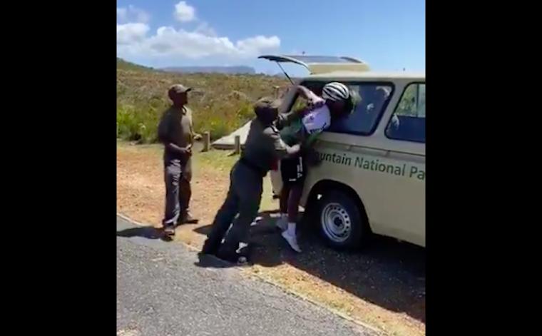 Dél-Afrikában annyira vigyáznak a nemzeti parkokra, hogy az őrök az egyikben brutálisan eltörték az ország egyik legmenőbb bringásának felkarcsontját, mert nem vett jegyet