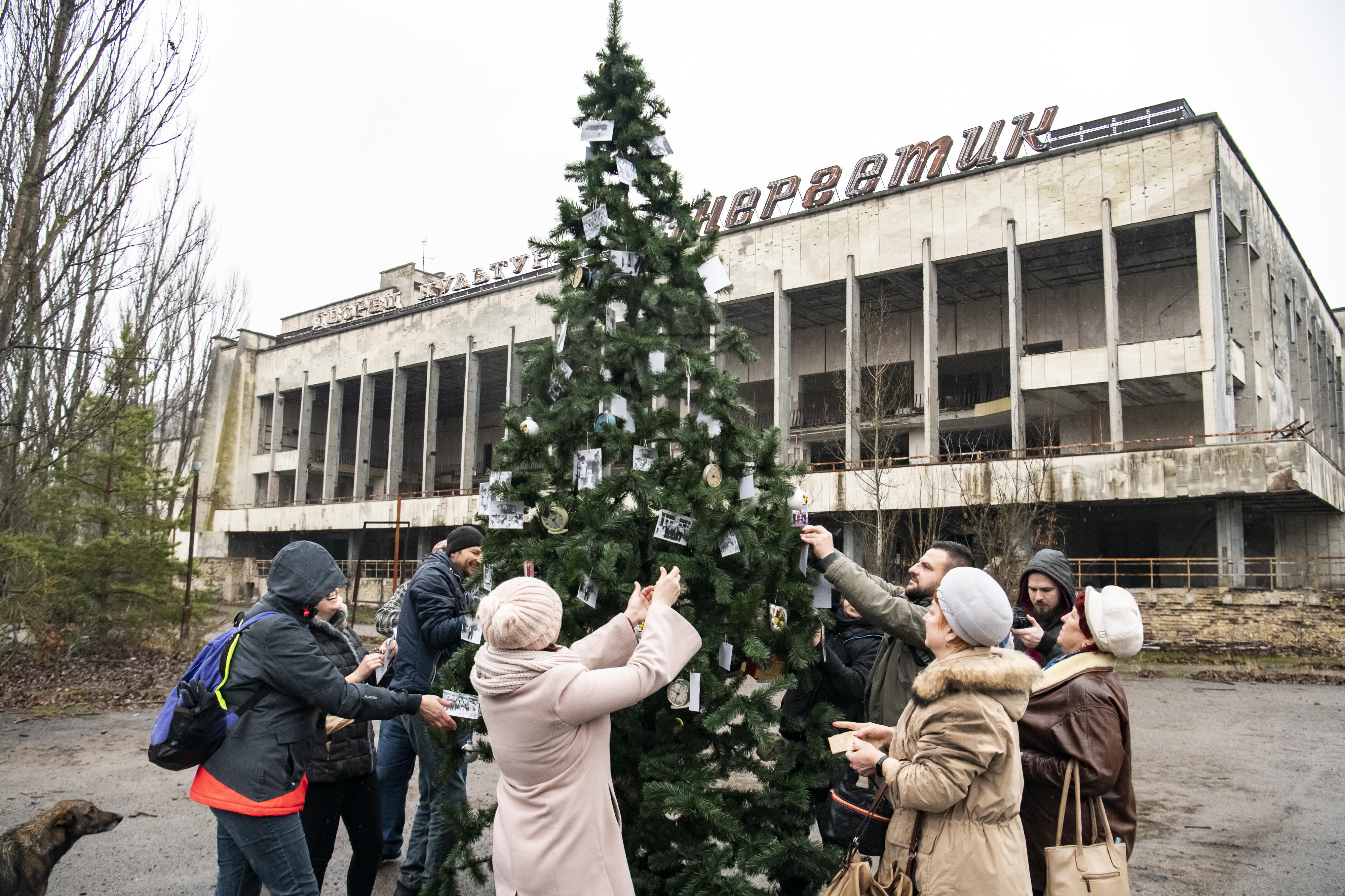 Pripjaty egykori lakói karácsonyfát állítottak a szellemváros főterén