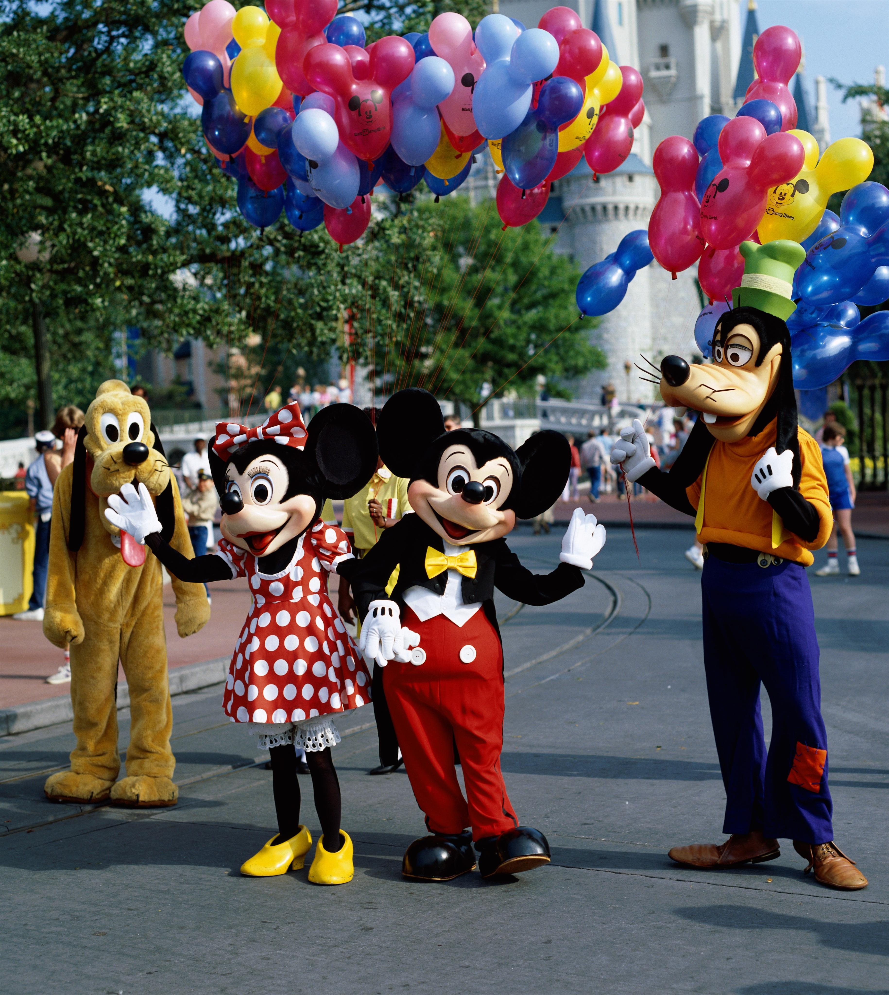 A Disney százezer dolgozójától vonja meg a fizetést