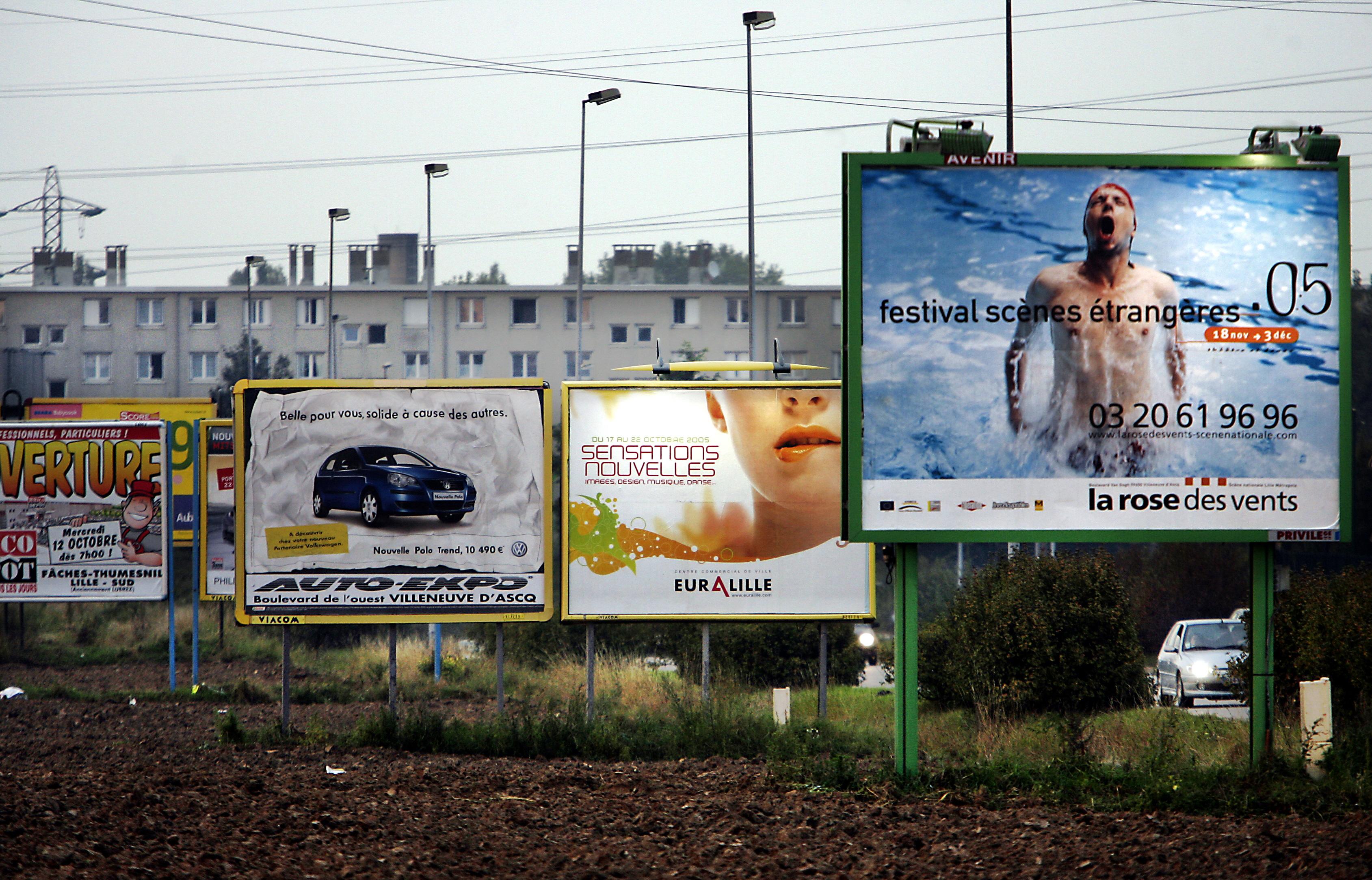 Francia városokban lázadni kezdtek az egyre agresszívabb köztéri reklámok ellen