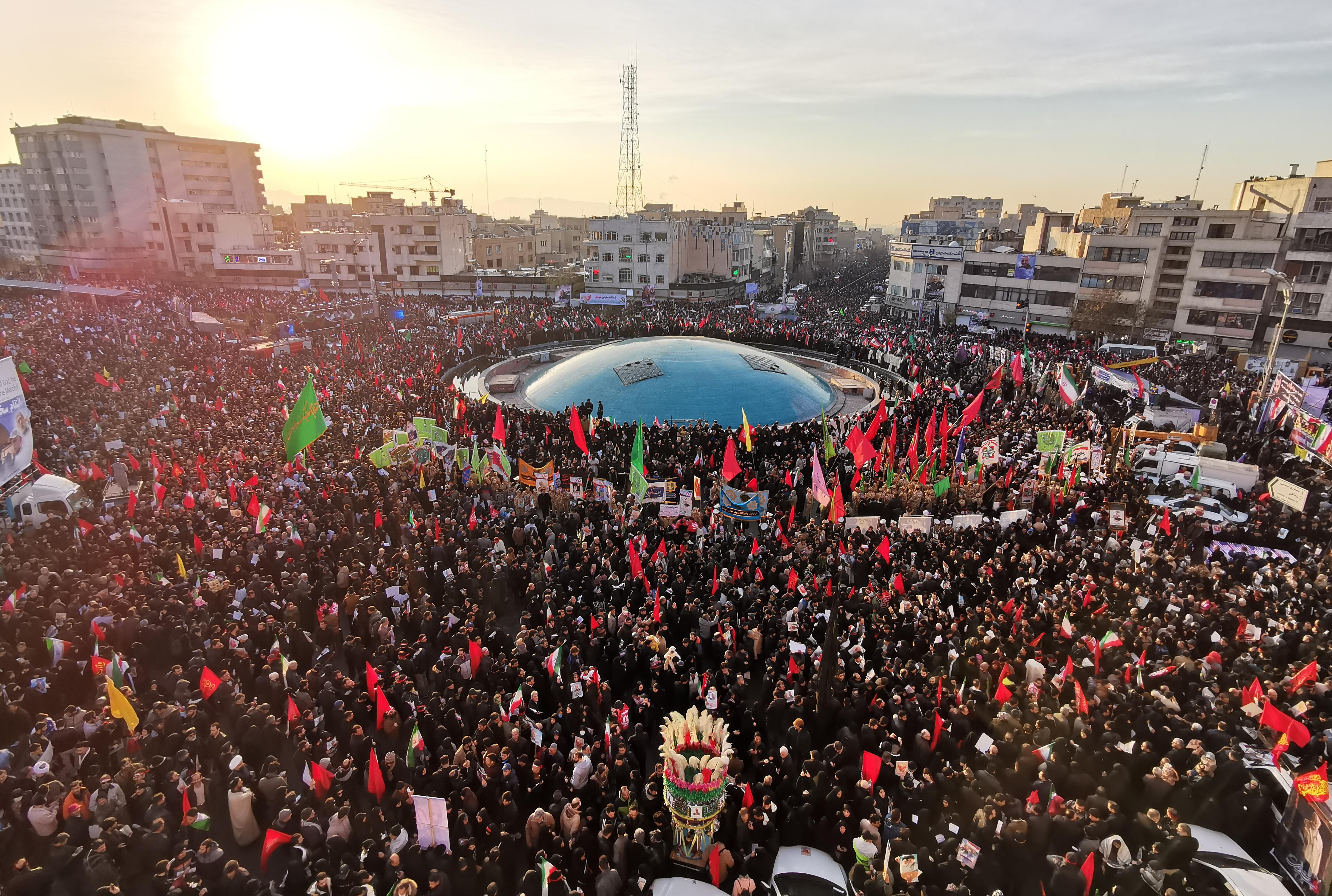 Százezrek tolonganak Szulejmani búcsúztatóján Teheránban