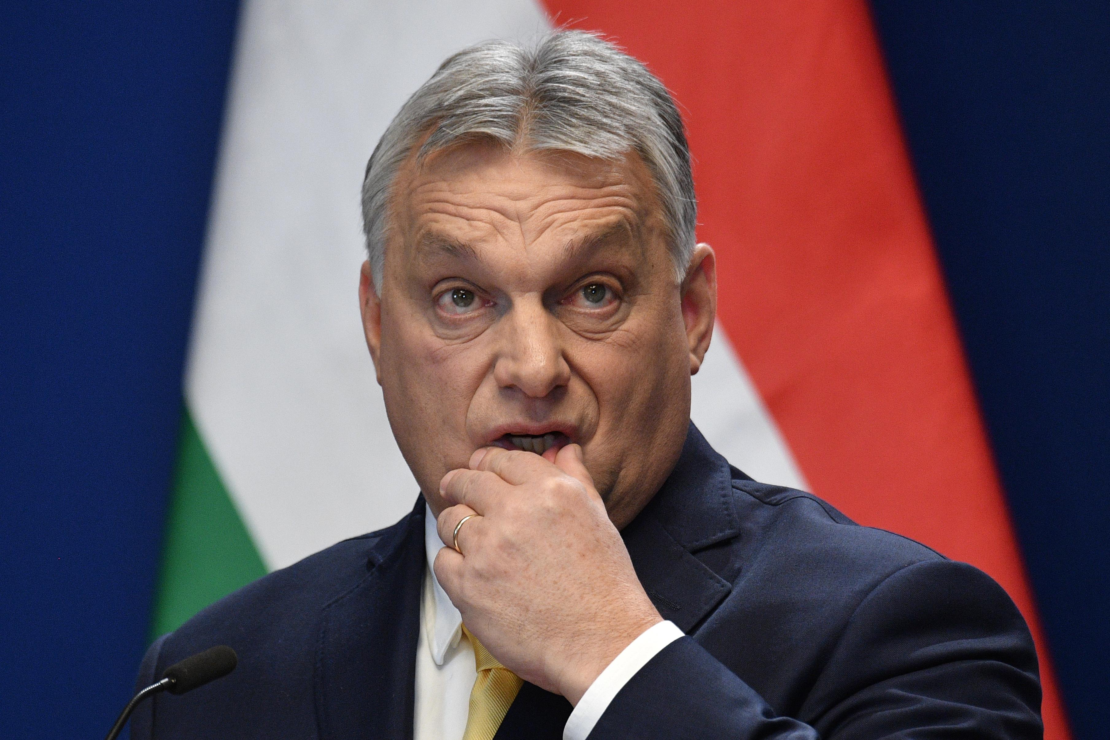Lázárt és Rogánt is a szőnyeg szélére kellene állítania Orbánnak