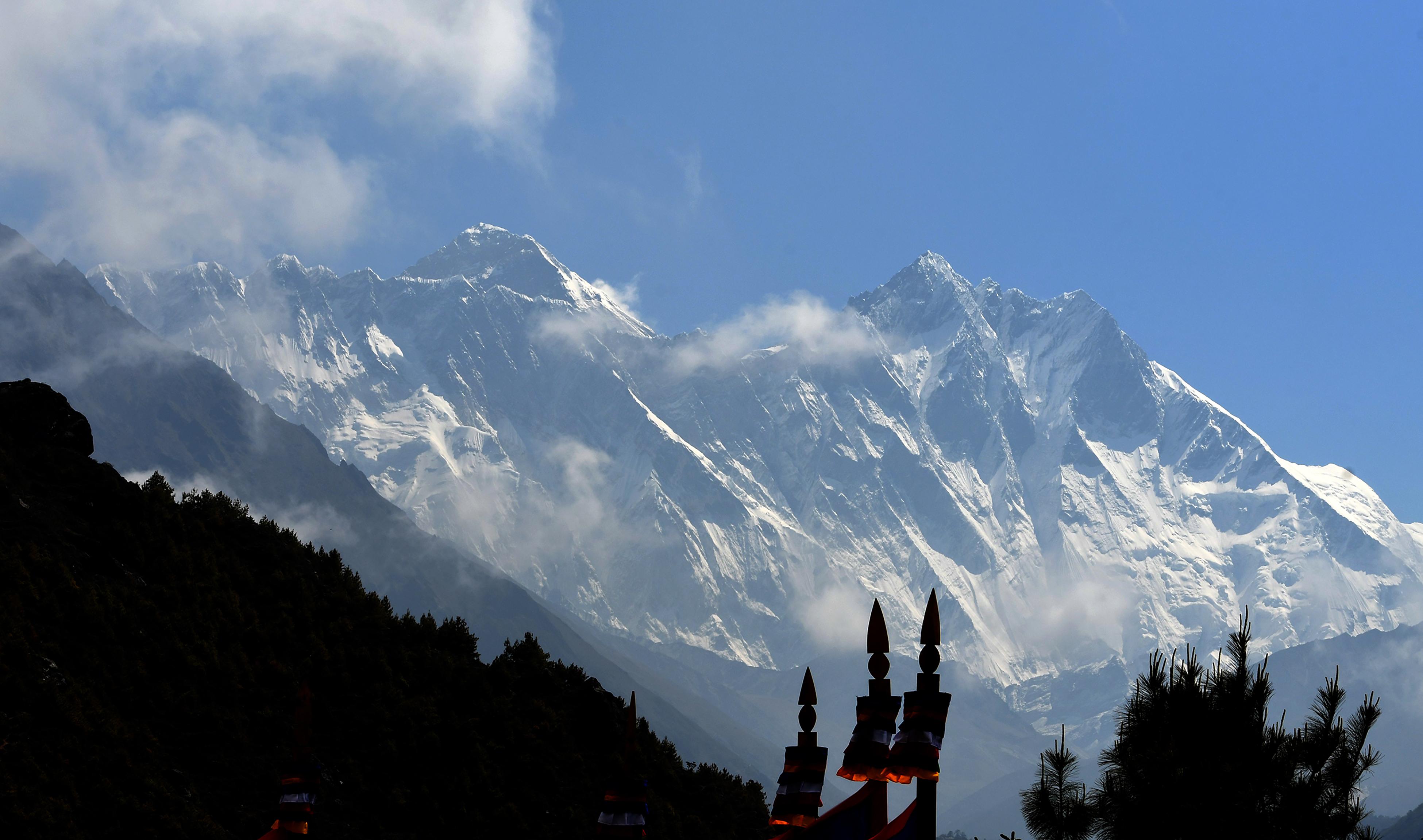 Rekordok az Everesten: csúcsra jutott a legidősebb amerikai hegymászó és a leggyorsabb nő is