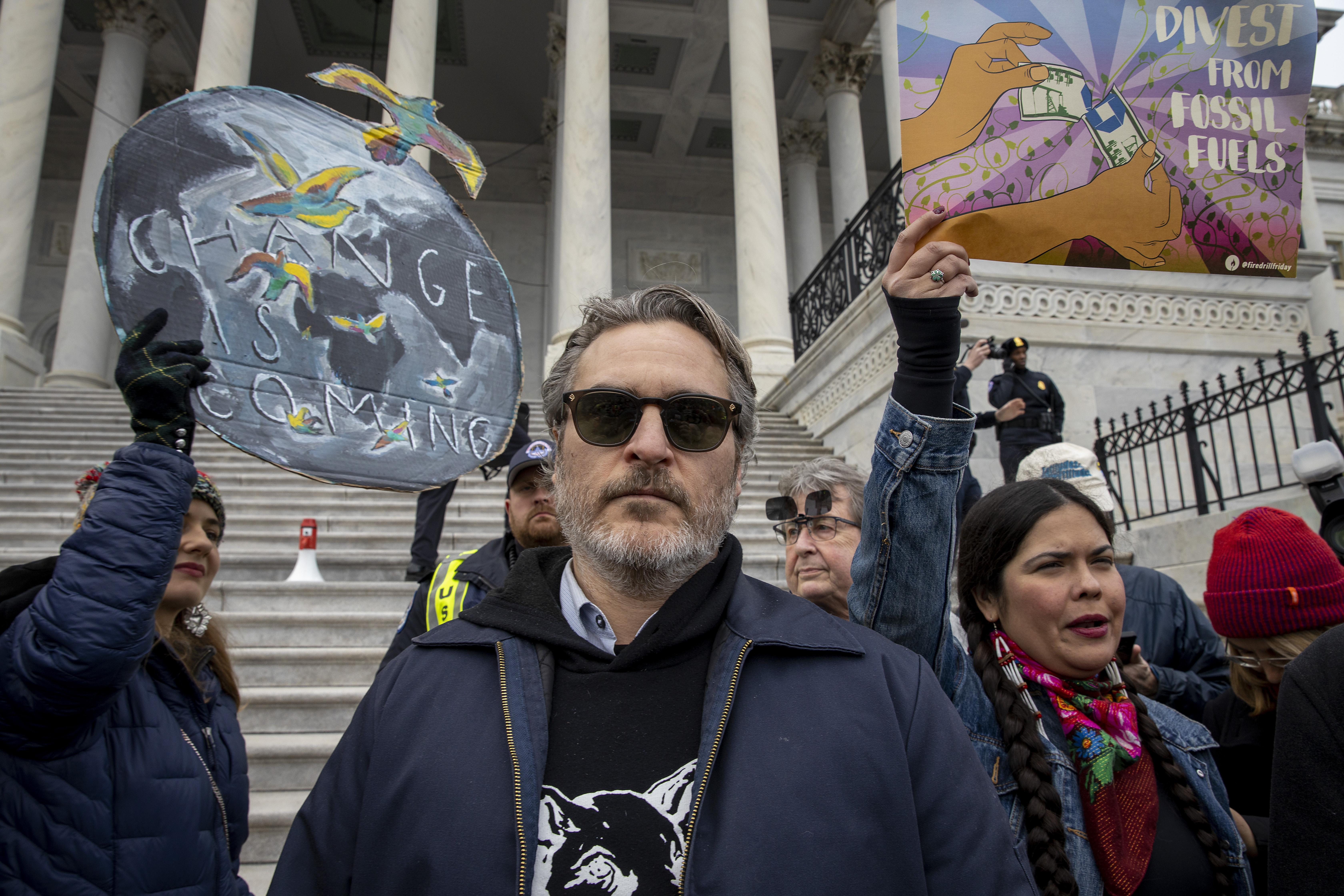 A Capitolium lépcsőjén vették őrizetbe a friss Golden Globe-díjas Joaquin Phoenixet