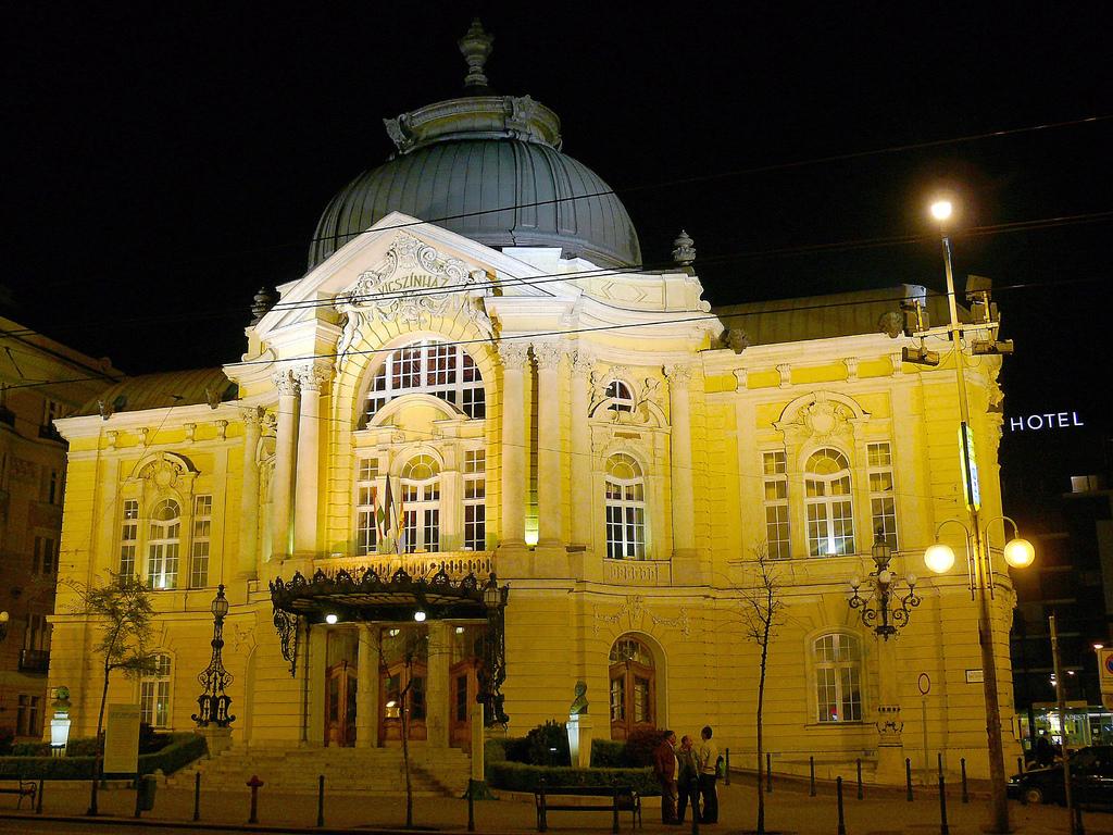 """A Vígszínház elszerződött tagjai szerint """"az Eszenyi Enikő által gyakorolt verbális erőszak"""" is hozzájárult a távozásukhoz"""