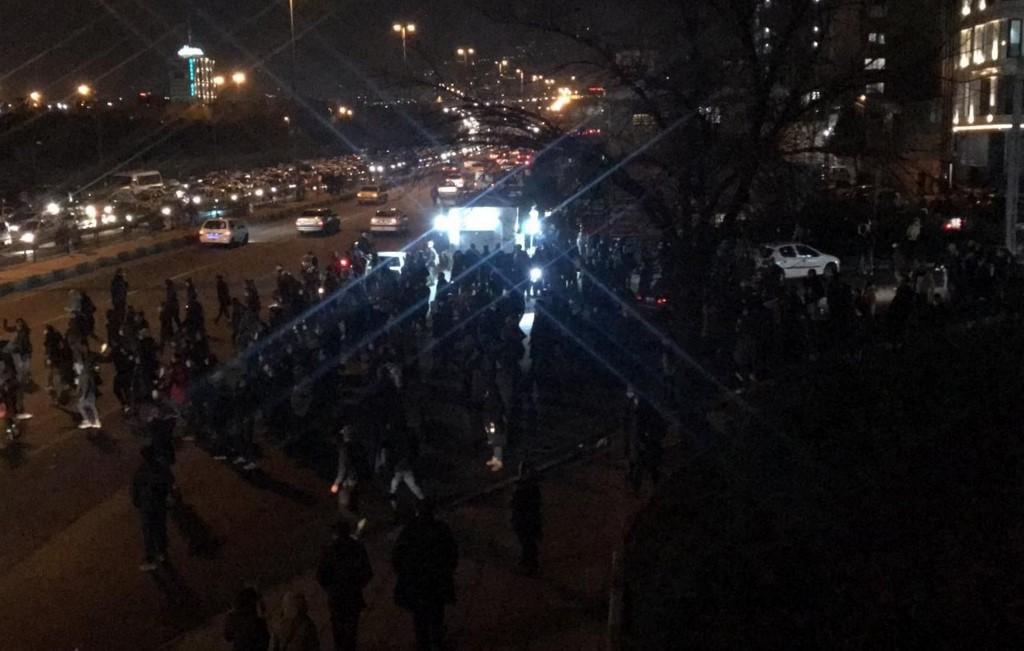 Vasárnap már egész Iránra kiterjedtek a rezsimellenes tüntetések