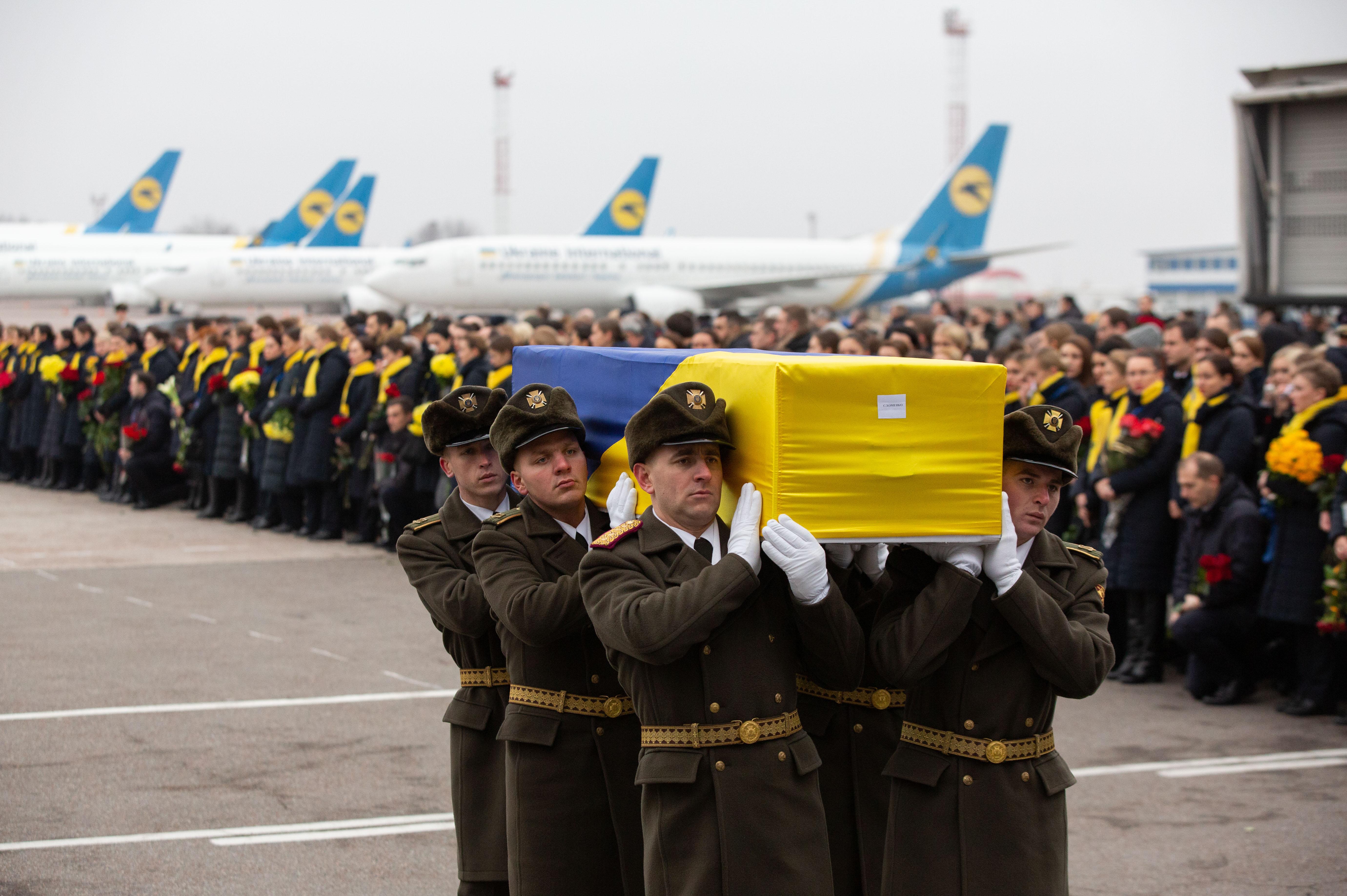 Hazatértek a Teherán fölött lelőtt gép ukrán áldozatainak maradványai