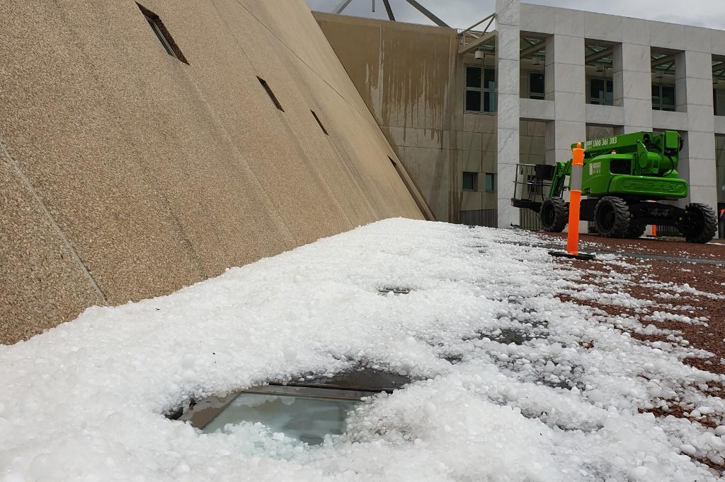 Most épp brutális viharok és golflabdányi jég verik a bozóttüzek által sújtott ausztrál területeket