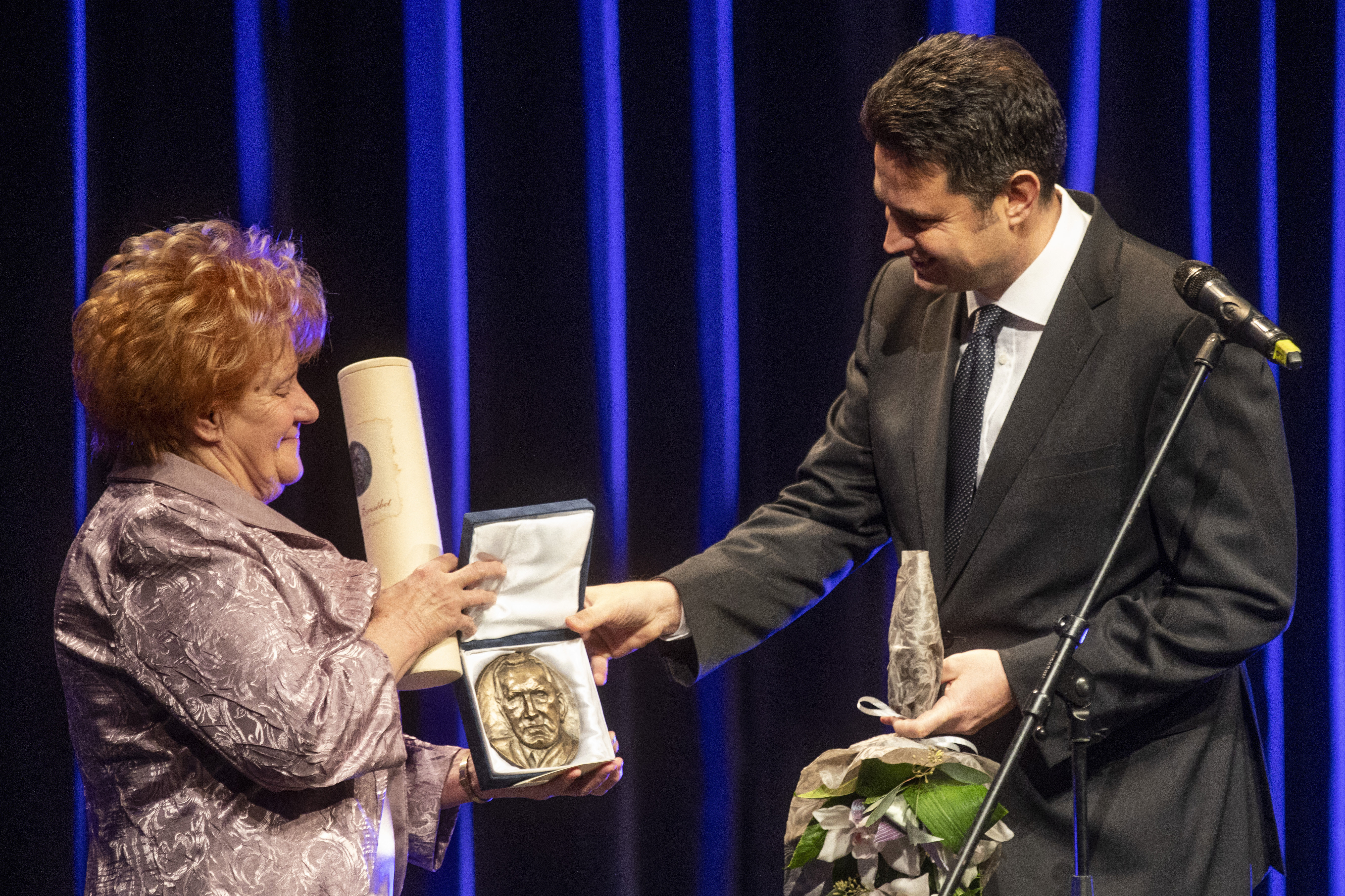 Botrány a díjátadón: Bessenyei Ferenc özvegye az ünnepségen keményen beszólt Márki-Zay Péternek és visszavonta a férjéről elnevezett díj nevét