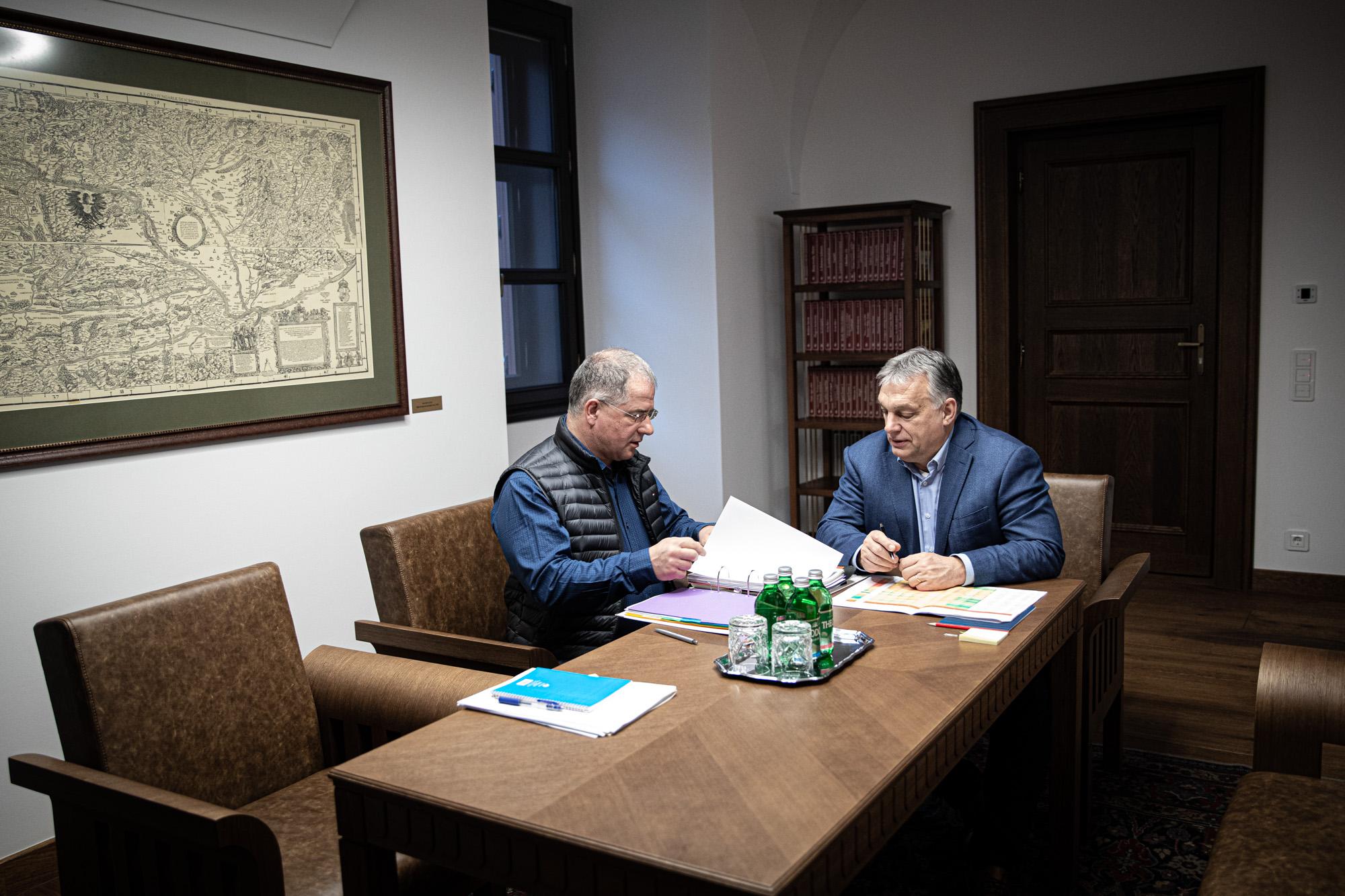 Orbán Viktornak zakót sincs ideje cserélni, miközben pártja választókerületi elnökeivel tárgyal éjt nappallá téve a Miniszterelnökségen