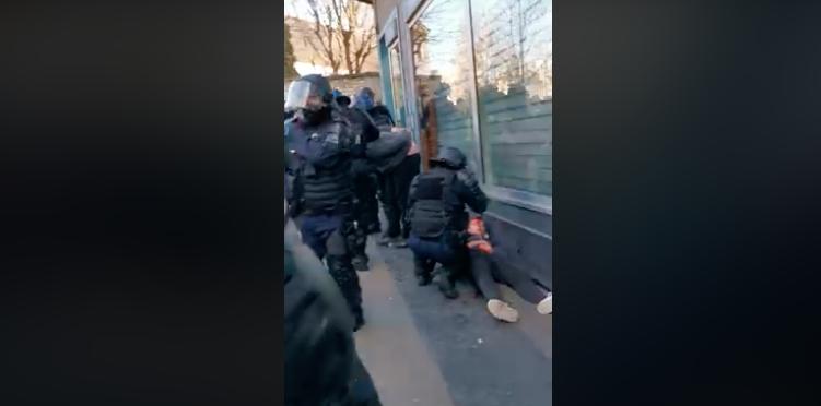 Nyomozás indul a tüntetőt brutálisan összeverő francia rendőr ügyében