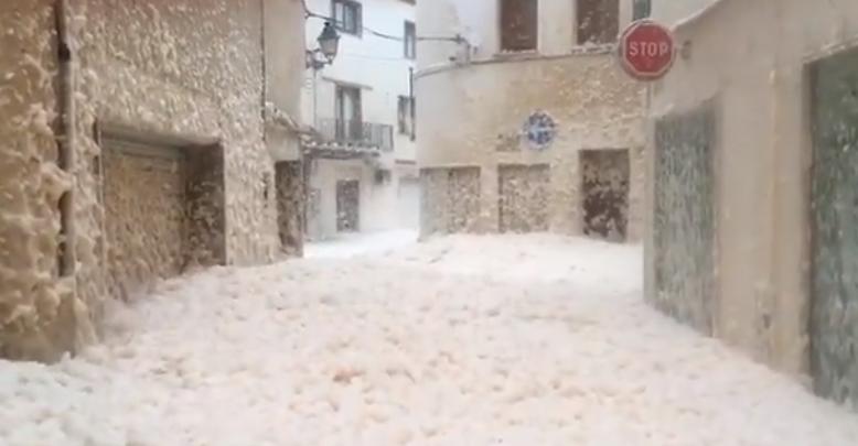 Katalónia több városát is elöntötte a habzó tenger