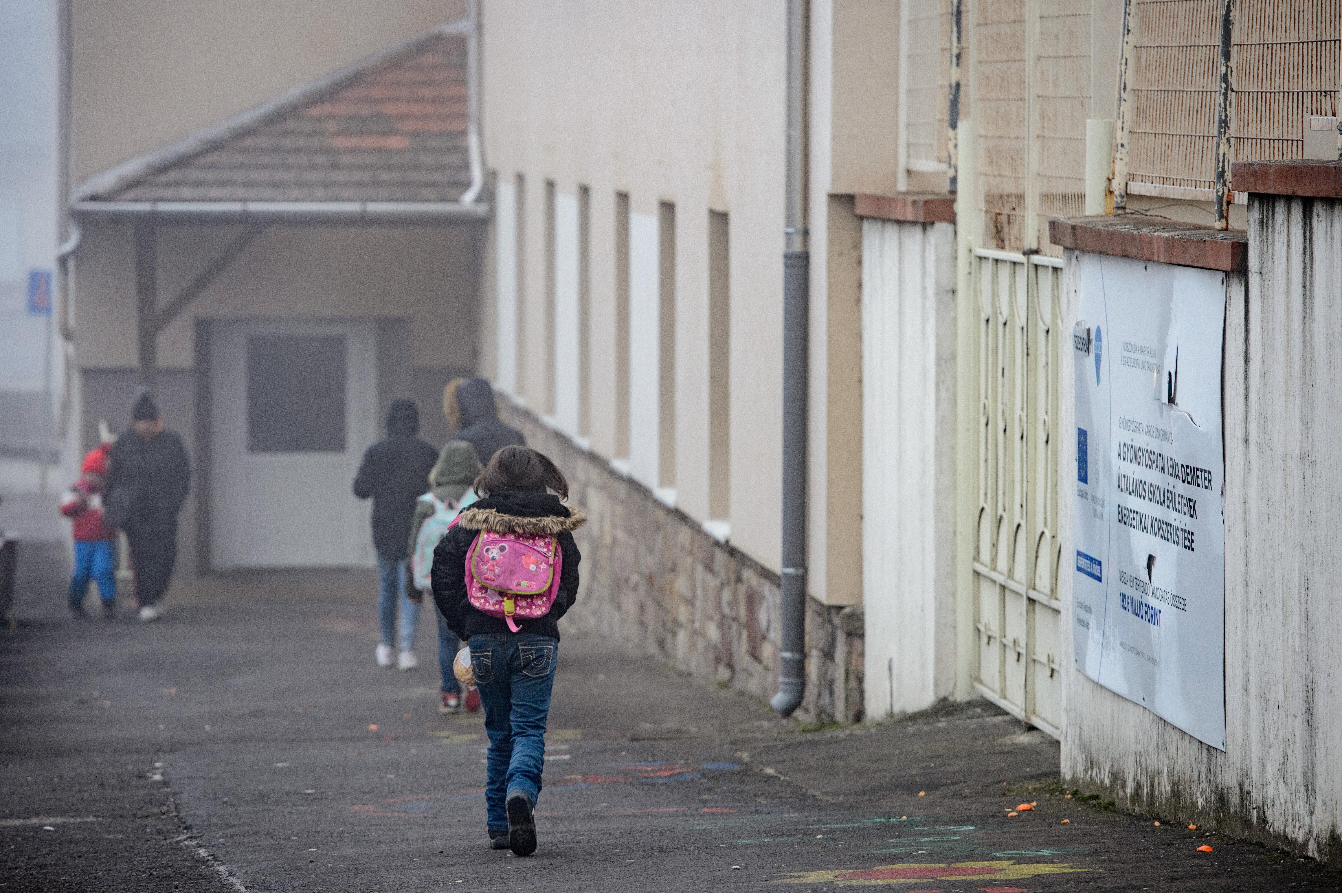 Tömegével esnek ki hátrányos helyzetű gyerekek az oktatásból, civilek és tanodák válságkezelést sürgetnek