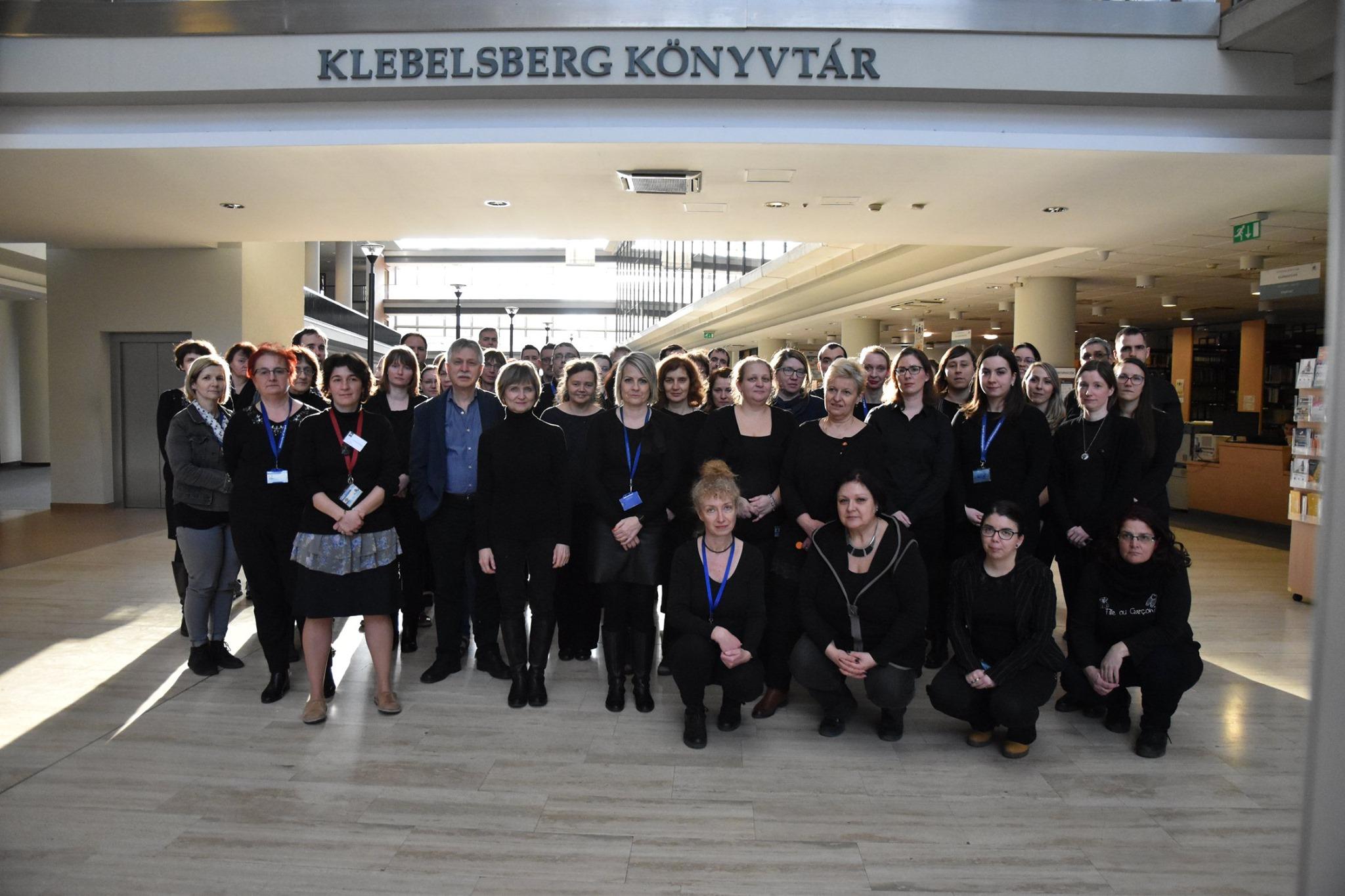 Feketébe öltözve tiltakoznak a közművelődési dolgozók a megalázó fizetés ellen