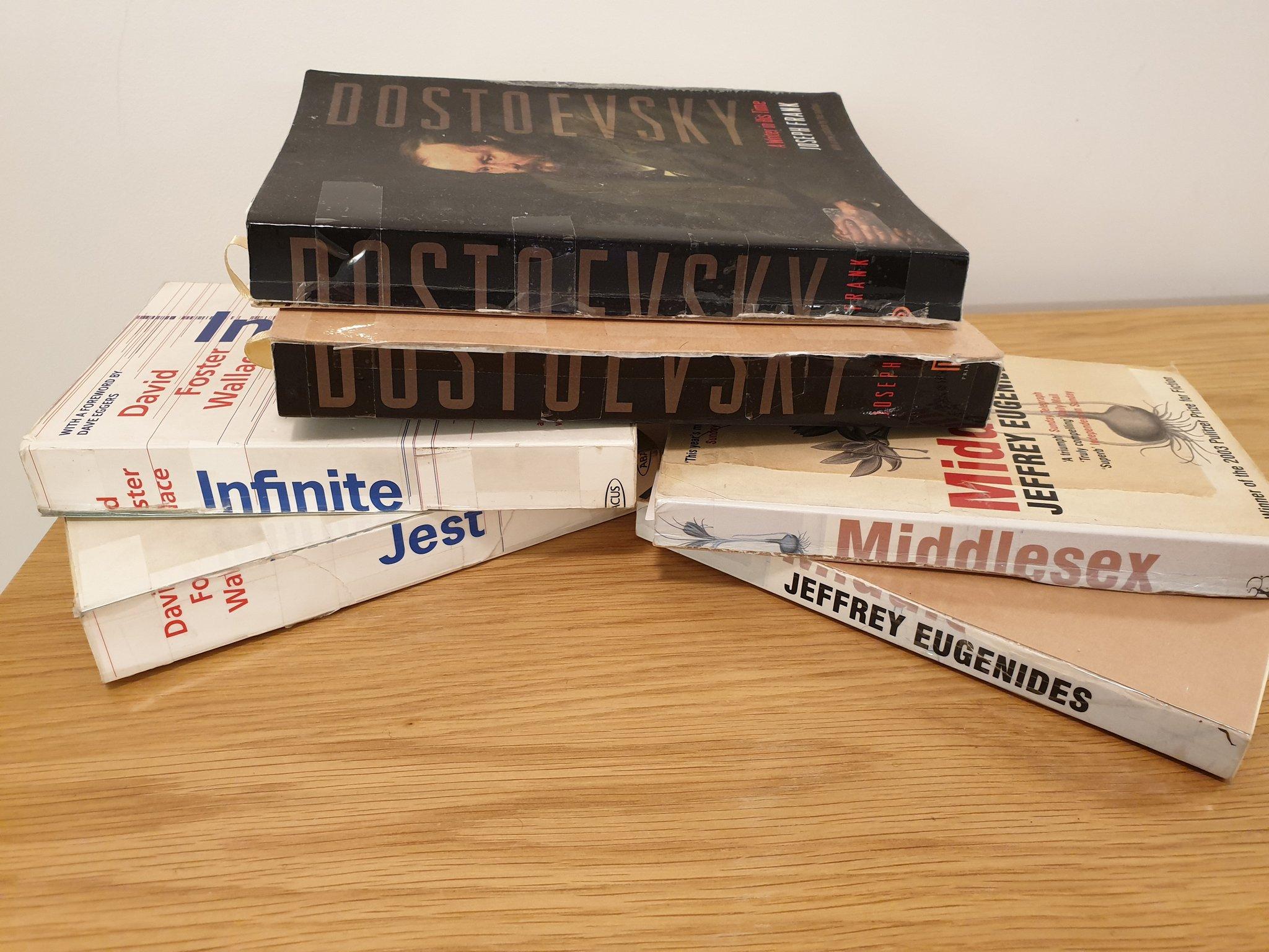 Elszabadult a pokol, miután egy író bevallotta, hogy a könnyebb hordozhatóság miatt félbevágja a vastagabb könyveket