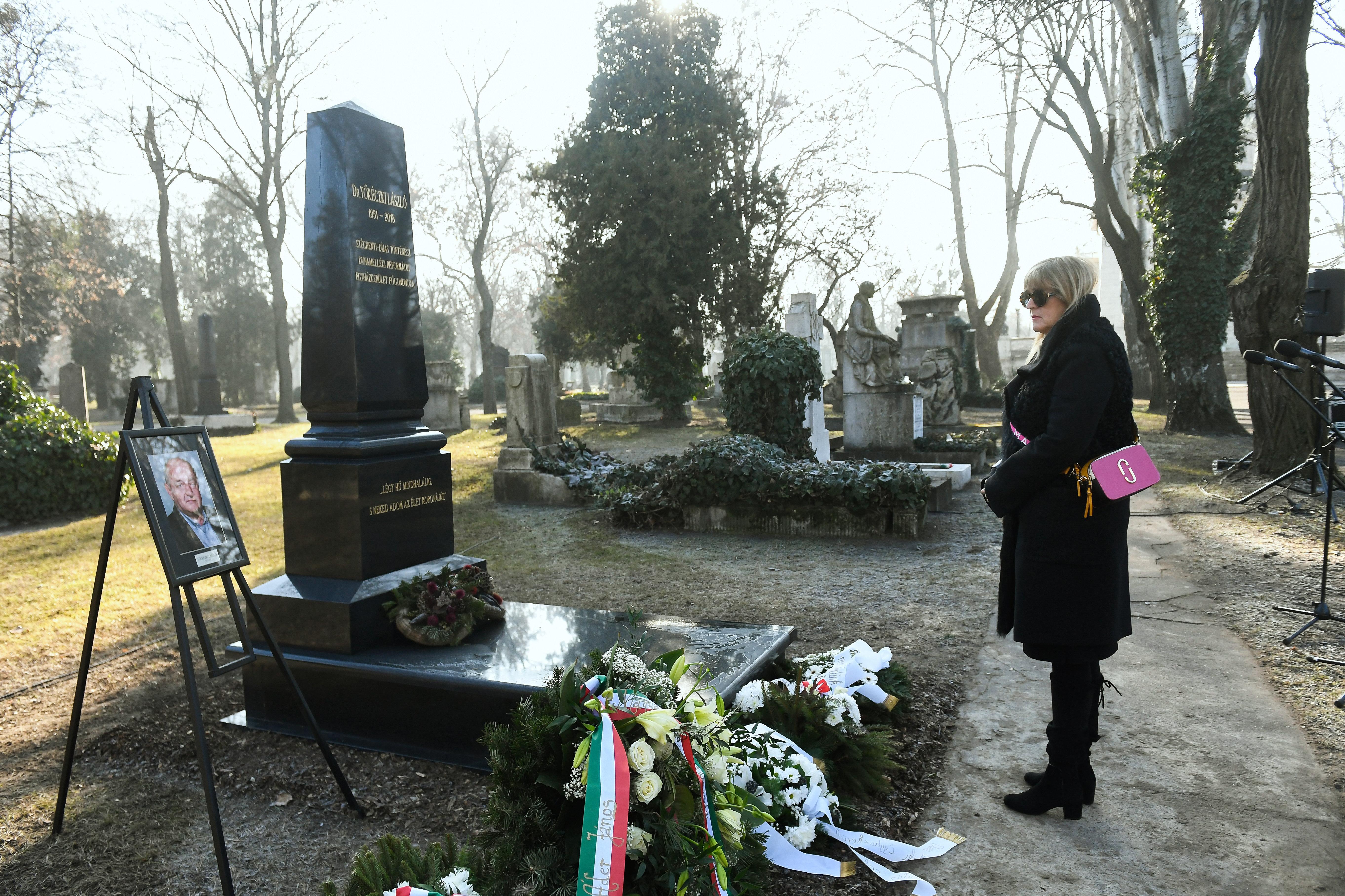 Schmidt Mária és Boross Péter részvételével felavatták Tőkéczki László síremlékét