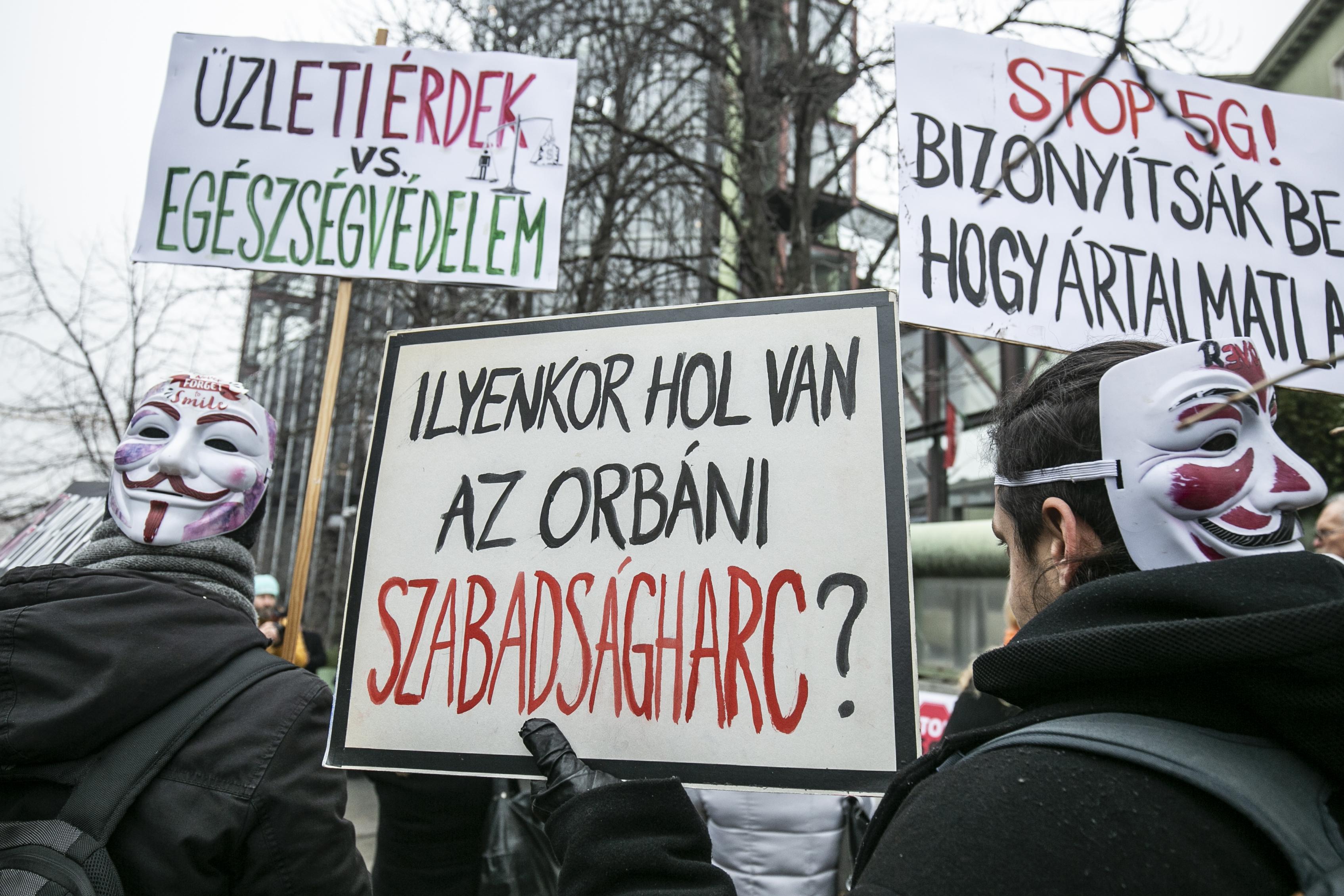 """""""Bizonyítsátok be, hogy ártalmatlan!"""" - Az 5G ellen tüntettek Budapesten"""