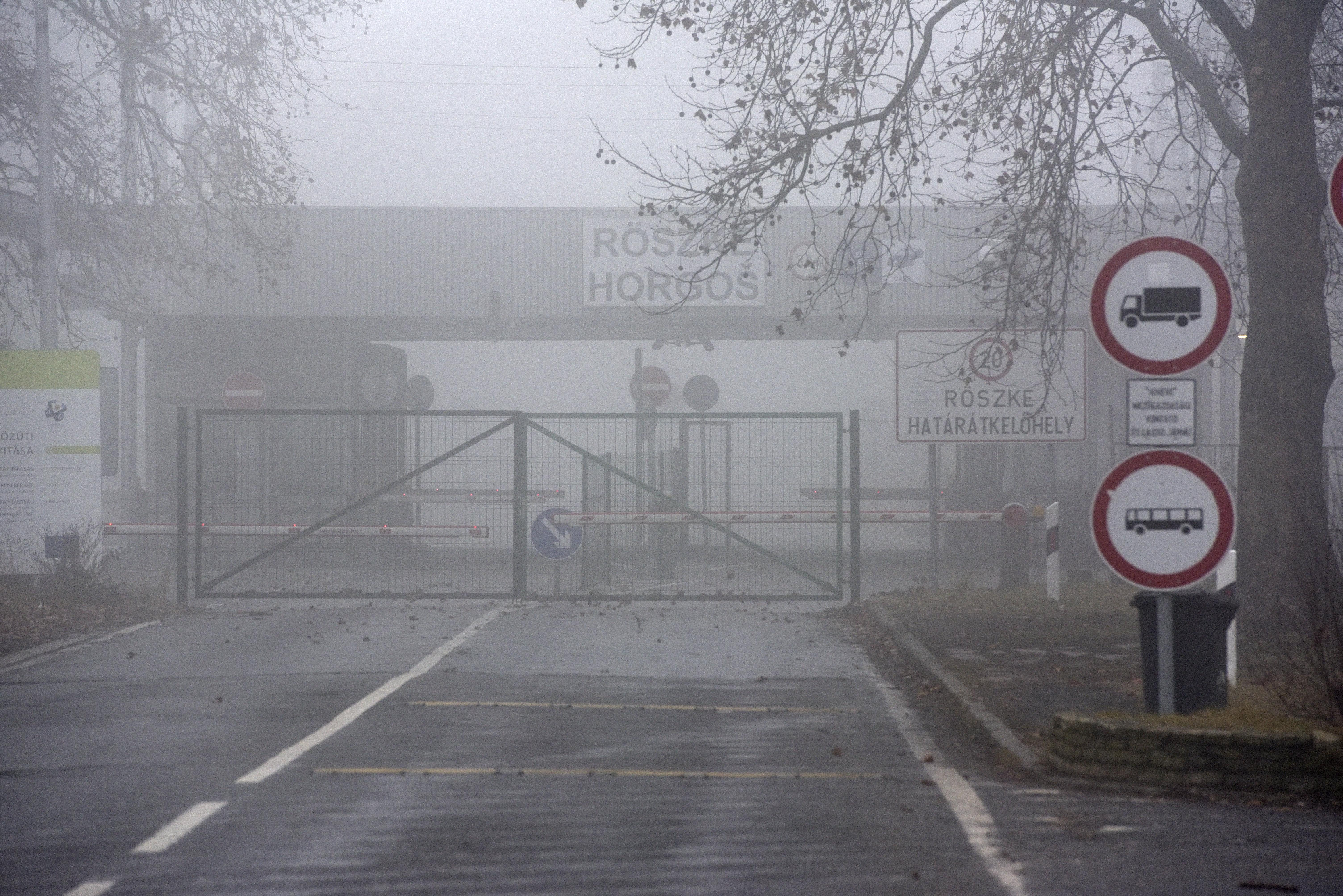 """Rendőrség: """"Nagyobb migránscsoport"""" próbált meg bejutni Röszkénél, figyelmeztető lövések dördültek"""