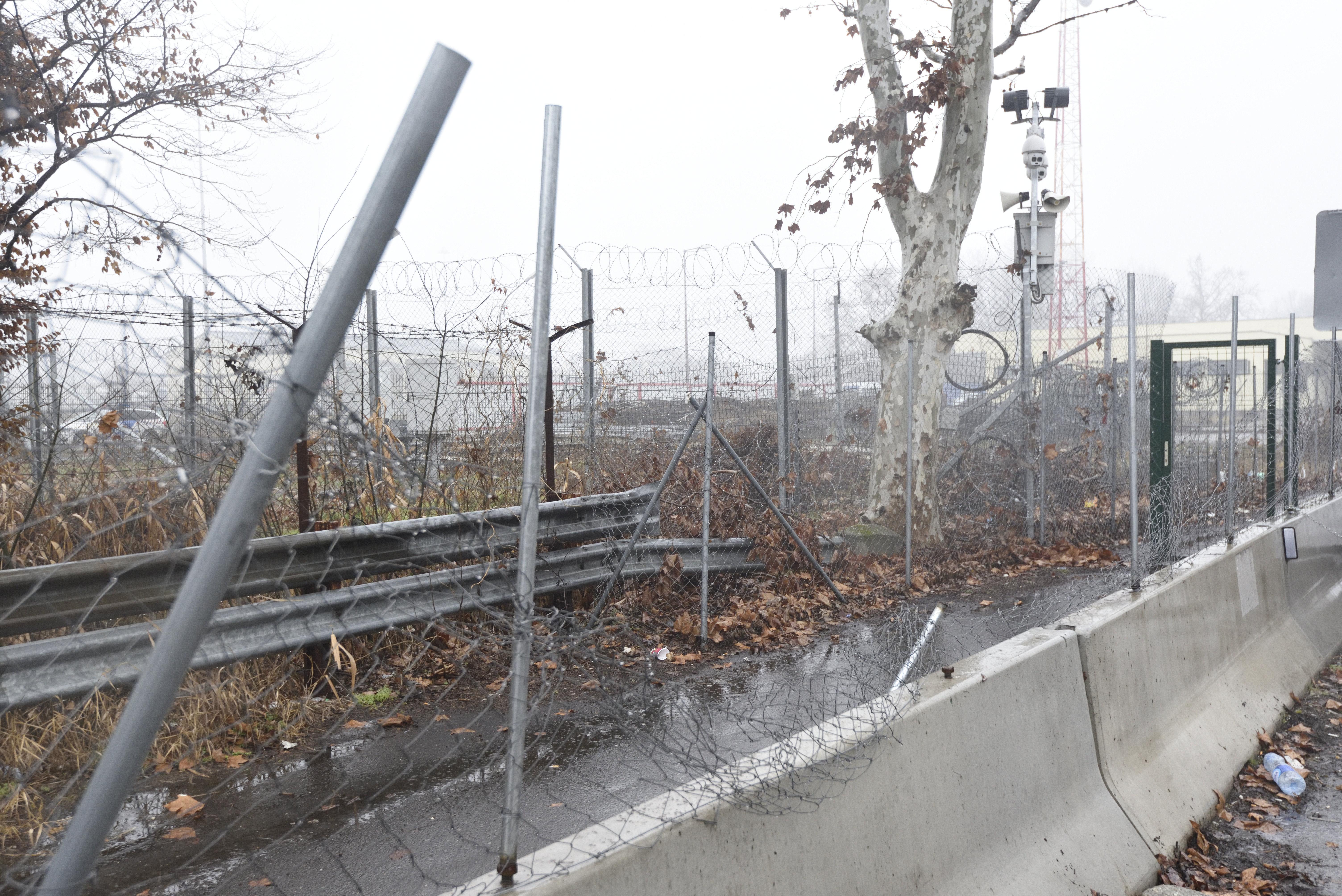 Gyorsított eljárásban már csütörtökön bíróság elé állítanak öt embert, amiért átmásztak a röszkei kerítésen