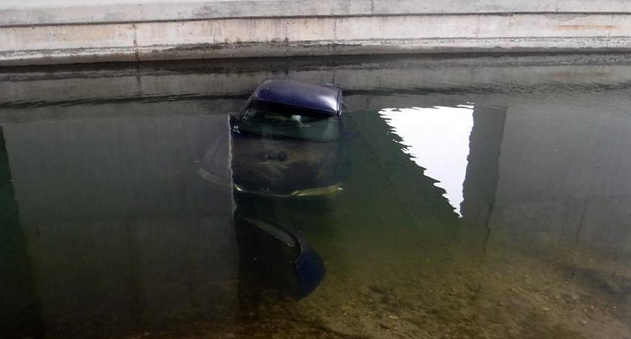 A Dunába csúszott egy üres autó Dunaharasztiban