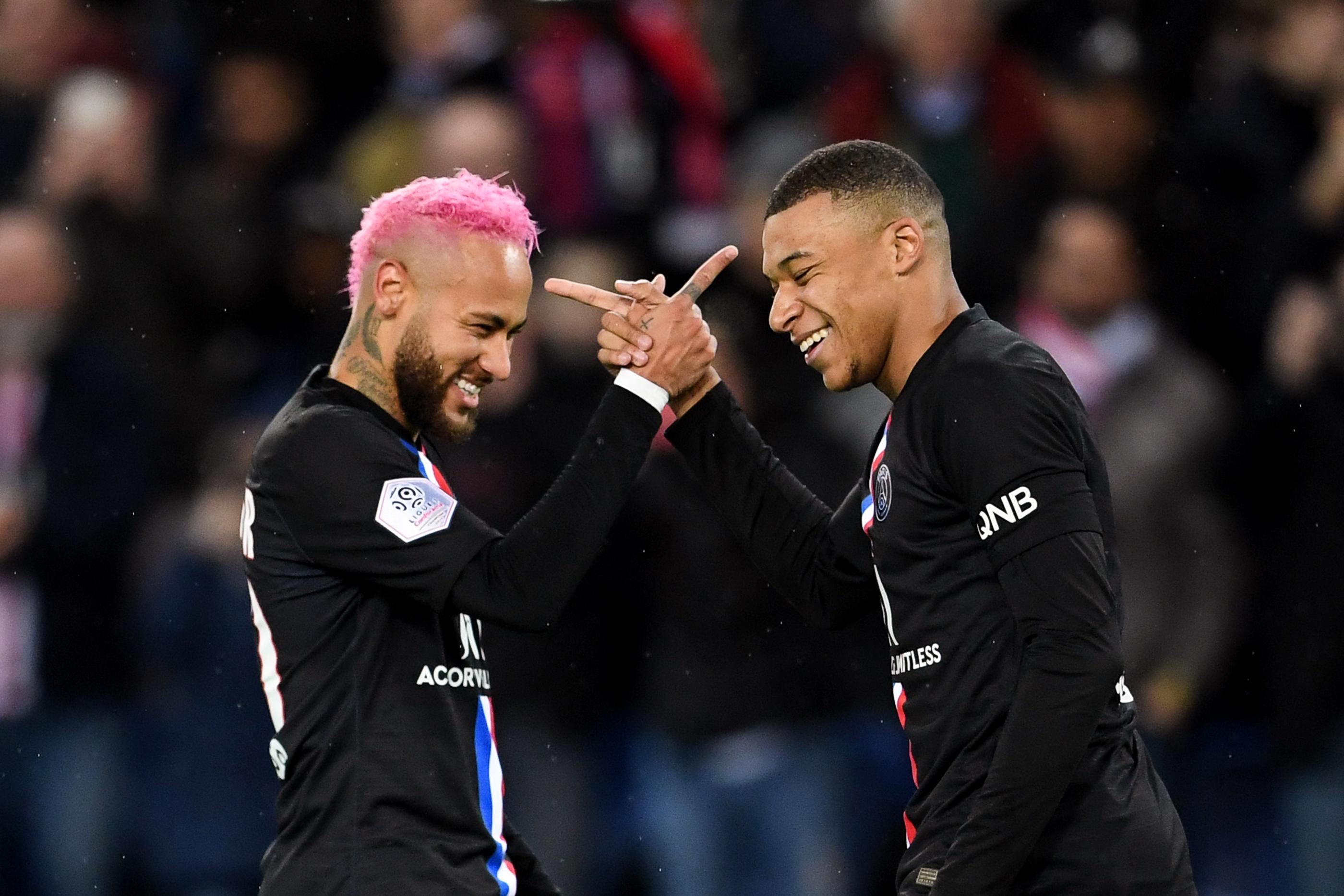 A pink hajú Neymar Kobe Bryant-mezben melegített, aztán adott egy gólpasszt Mbappénak