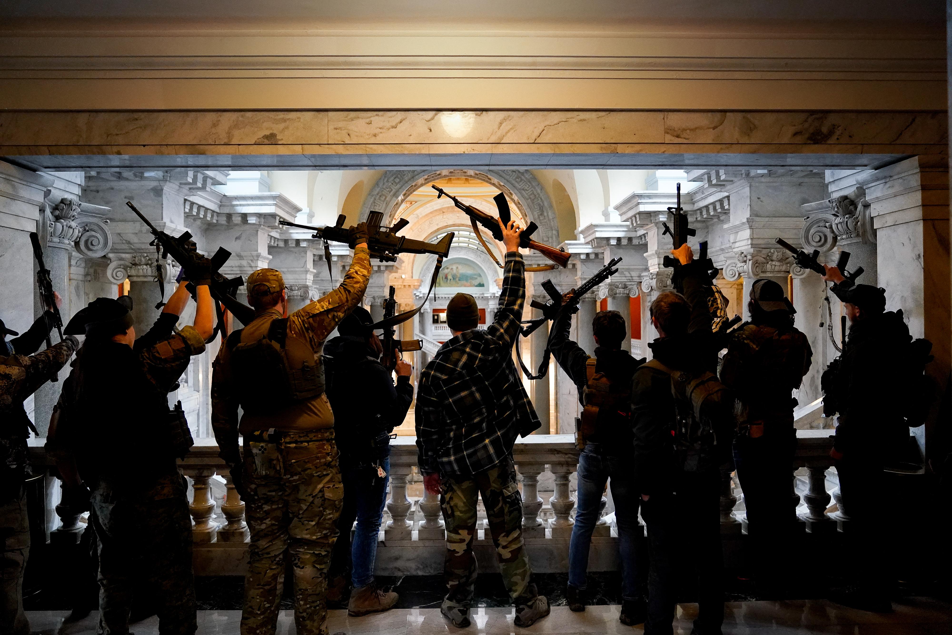 Állig felfegyverzett, katonai ruhás férfiak sétáltak be Kentuckyban a törvényhozás épületébe, és ez senkit sem zavart