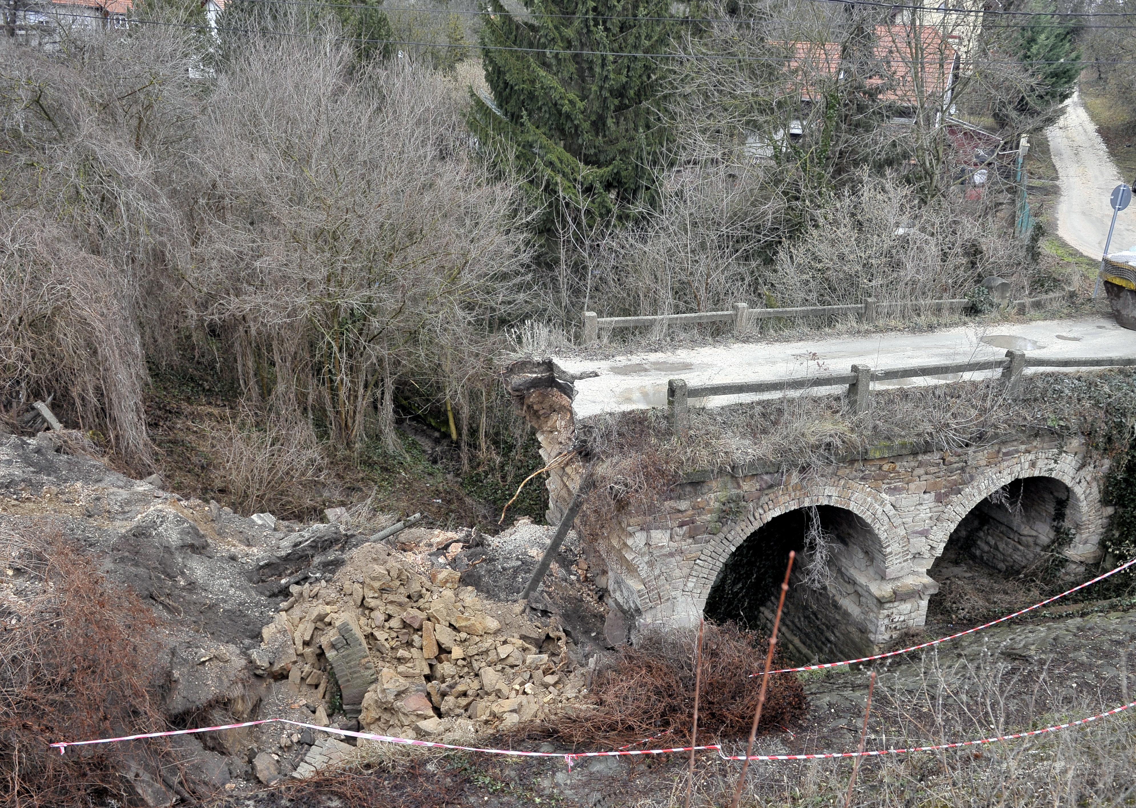 13 éve már figyelmeztették az önkormányzatot, hogy újítsa fel a piliscsabai hidat, különben leszakadhat