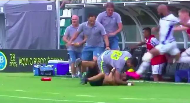 Brutálisan fejberúgta a pályára rohanó szurkolót a játékos, de a saját kapusát is eltalálta