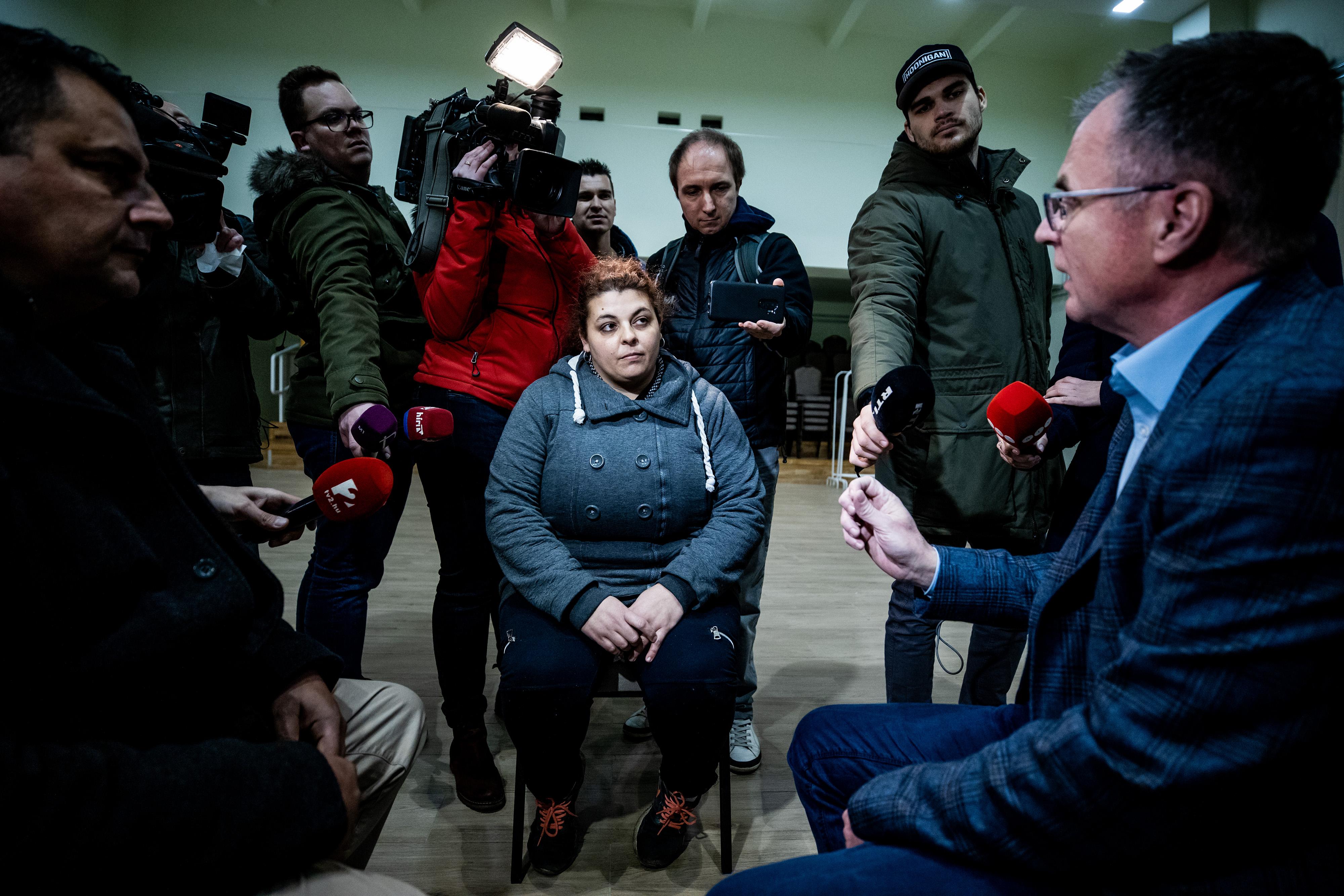 Egy gyöngyöspatai roma nő számonkérte a fideszes képviselőt, amiért az ő gyereke nem kapott normális oktatást