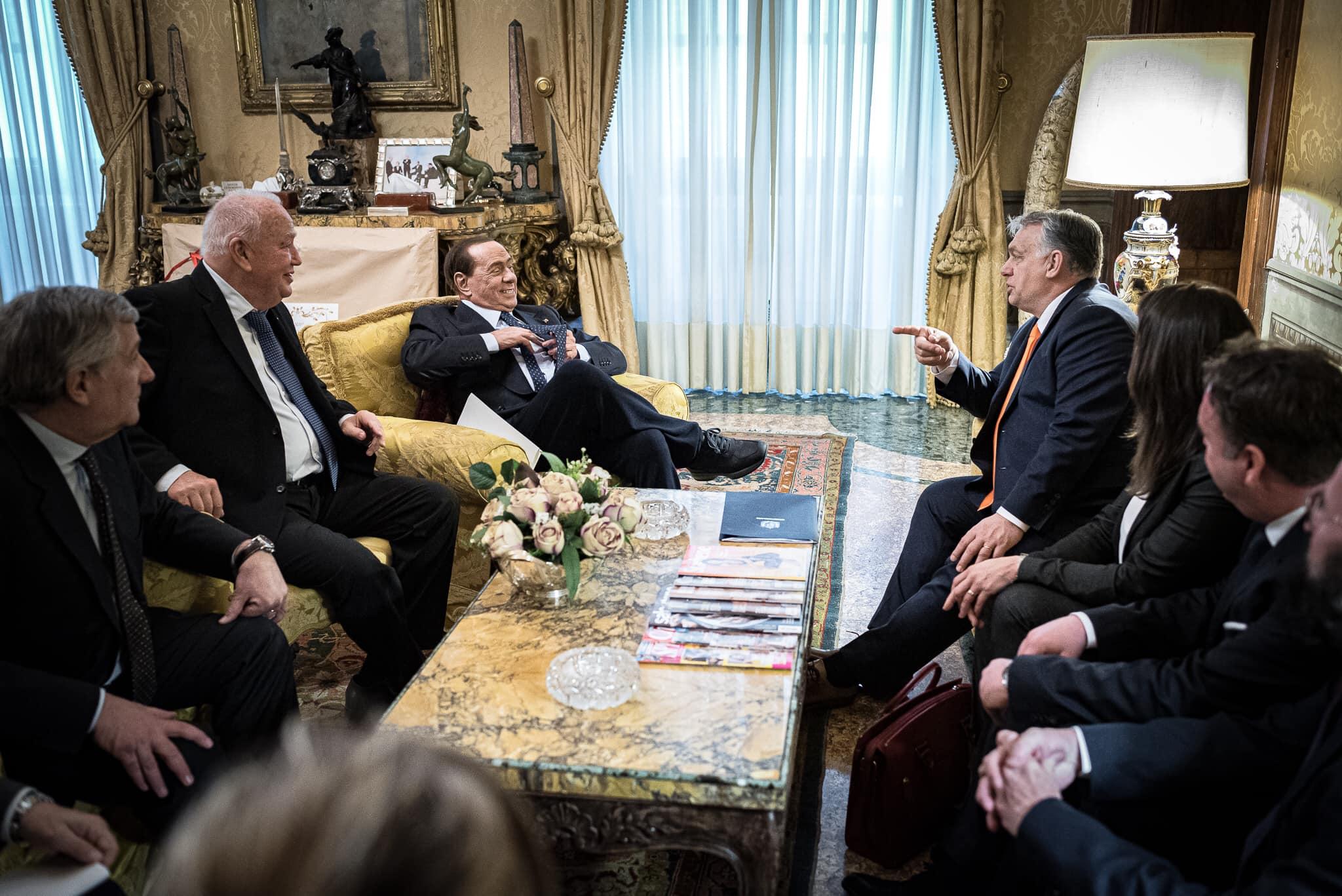Vittorio e Silvio, i due buoni amici: Orbán meglátogatta Berlusconit