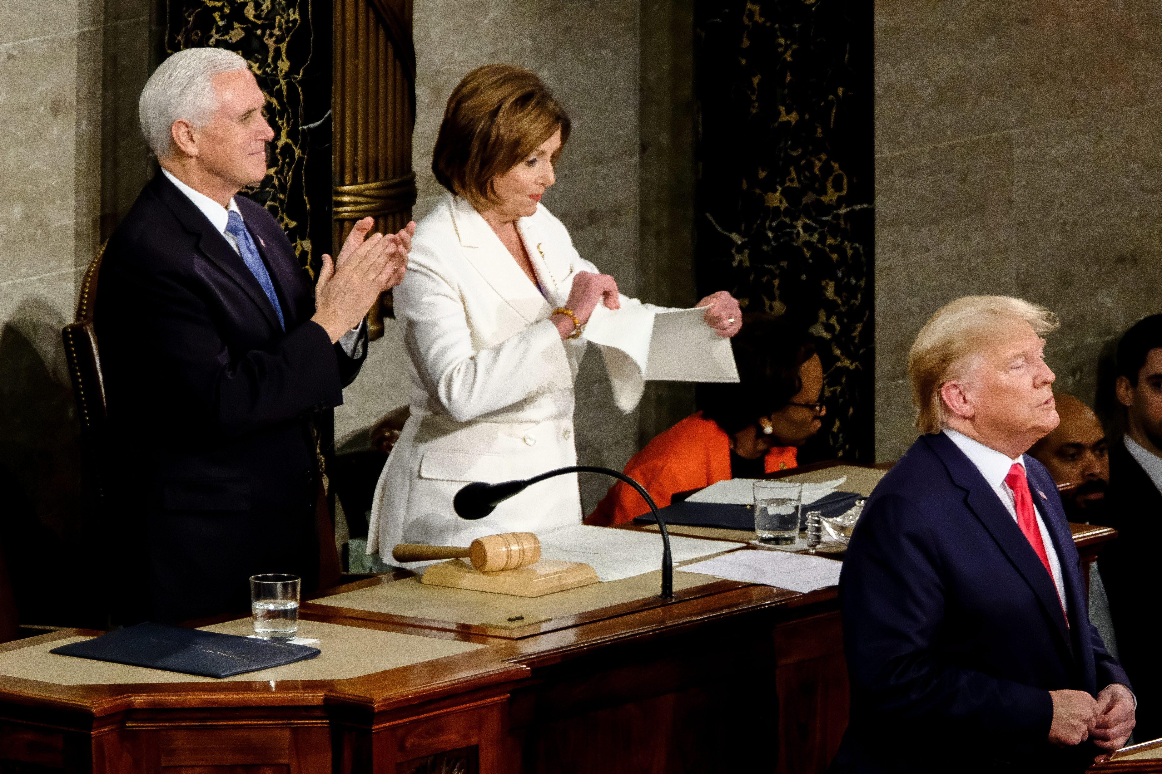 Trump nem fogott kezet Pelosival, mire ő összetépte az elnök beszédét