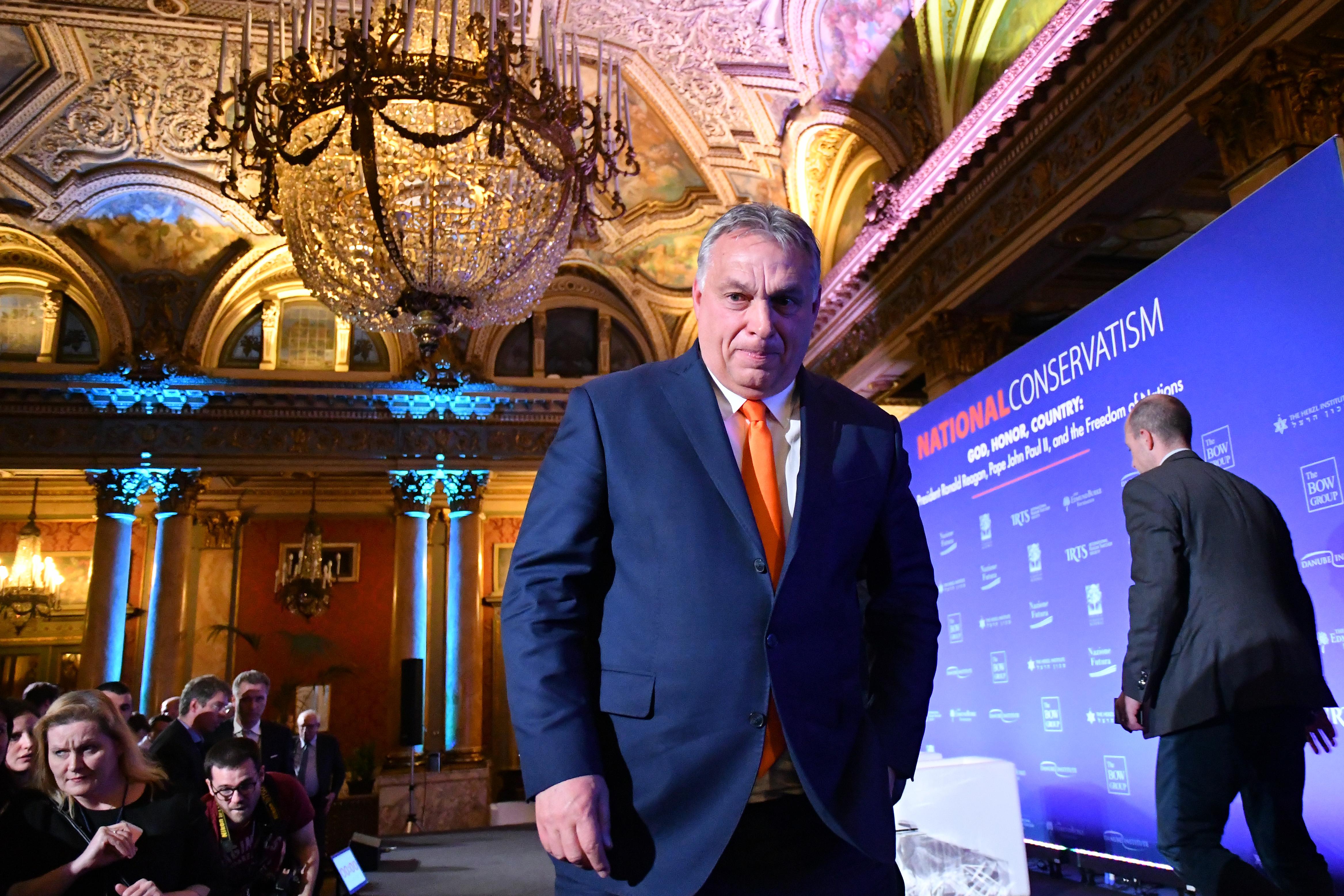 Orbán egyetlen Facebook-poszttal bemutatta, mennyire máshogy kommunikál a külföldieknek, mint a magyaroknak