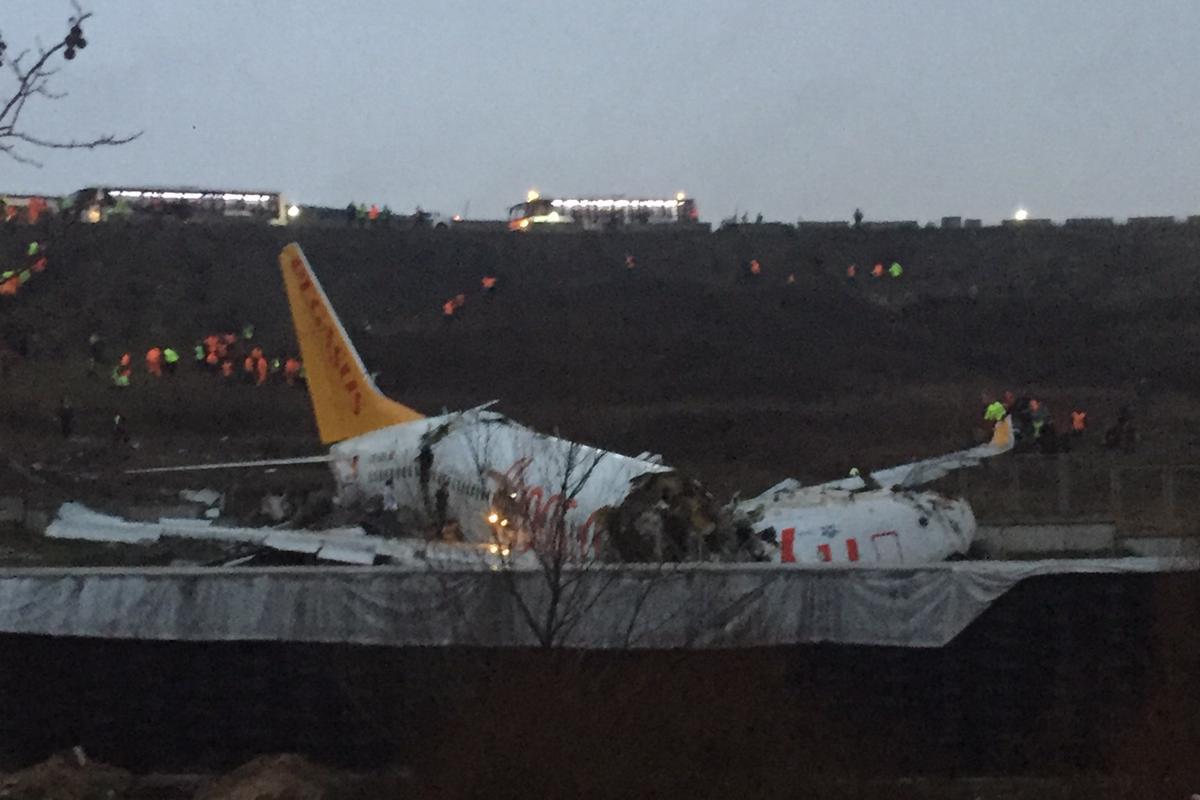 Leszálláskor kettétört egy repülőgép az isztambuli reptéren