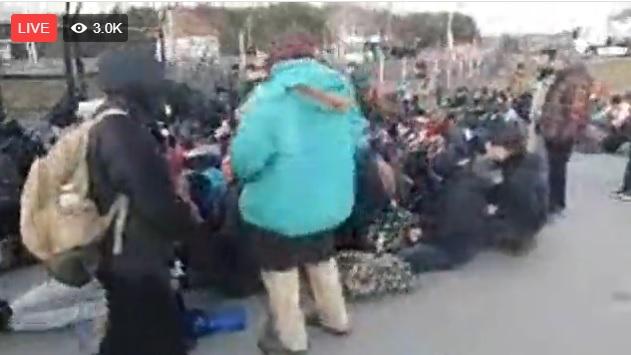 Több százan tüntetnek a kelebiai határátkelőnél, hogy nyissák meg a kapukat