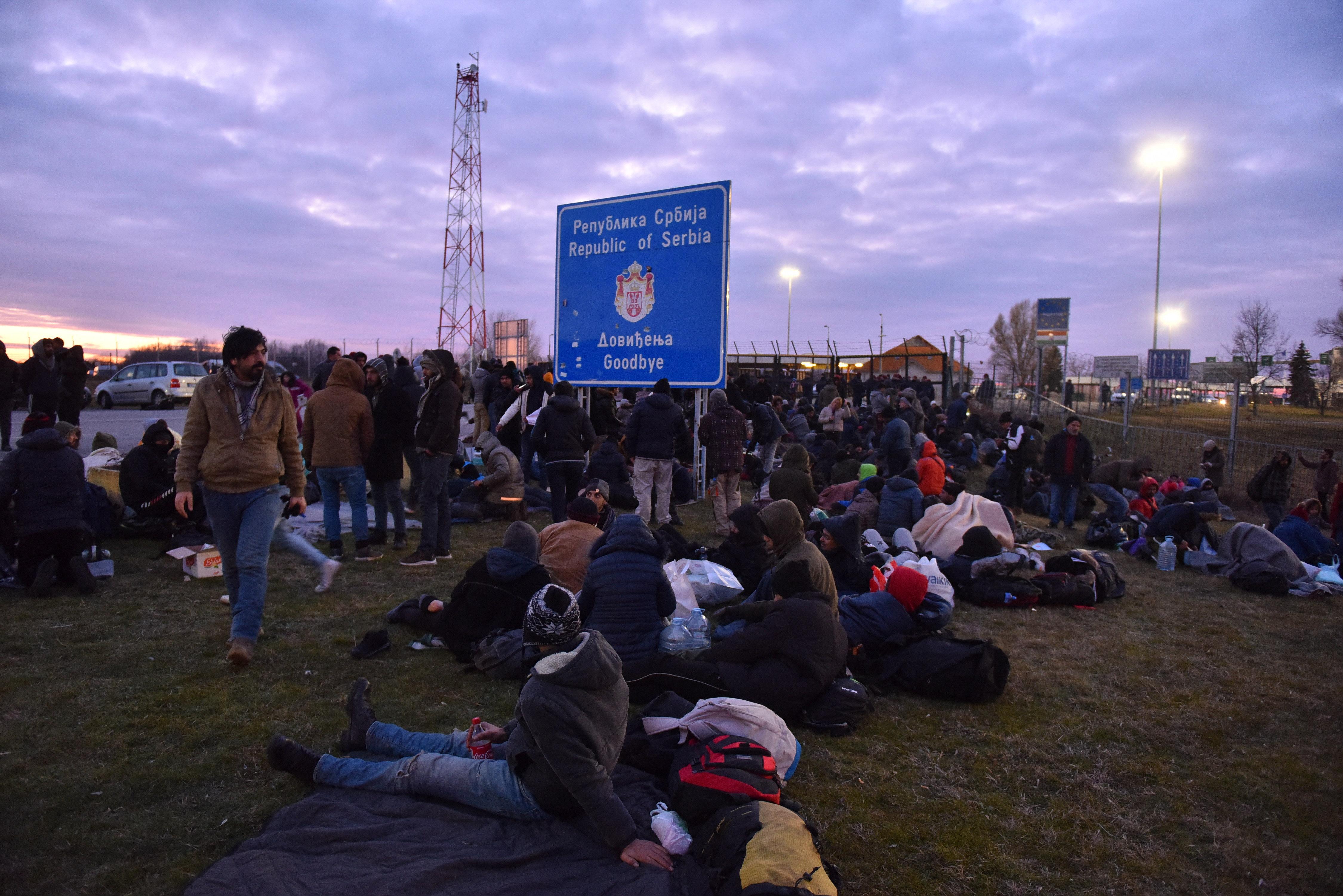 A szerb védelmi miniszter szerint álhírekkel vezették az embereket a kelebiai határátkelőhöz